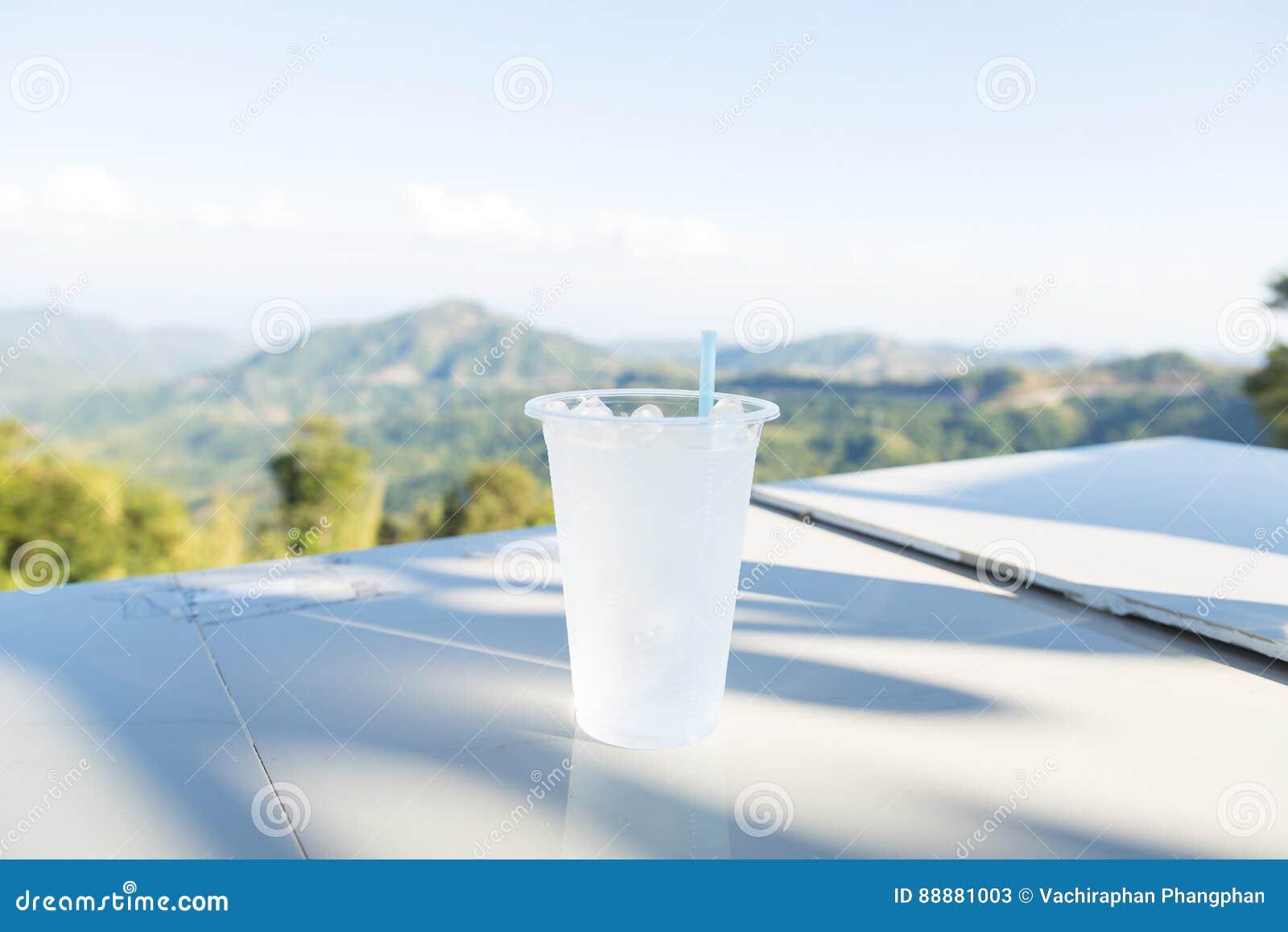一个塑料杯子
