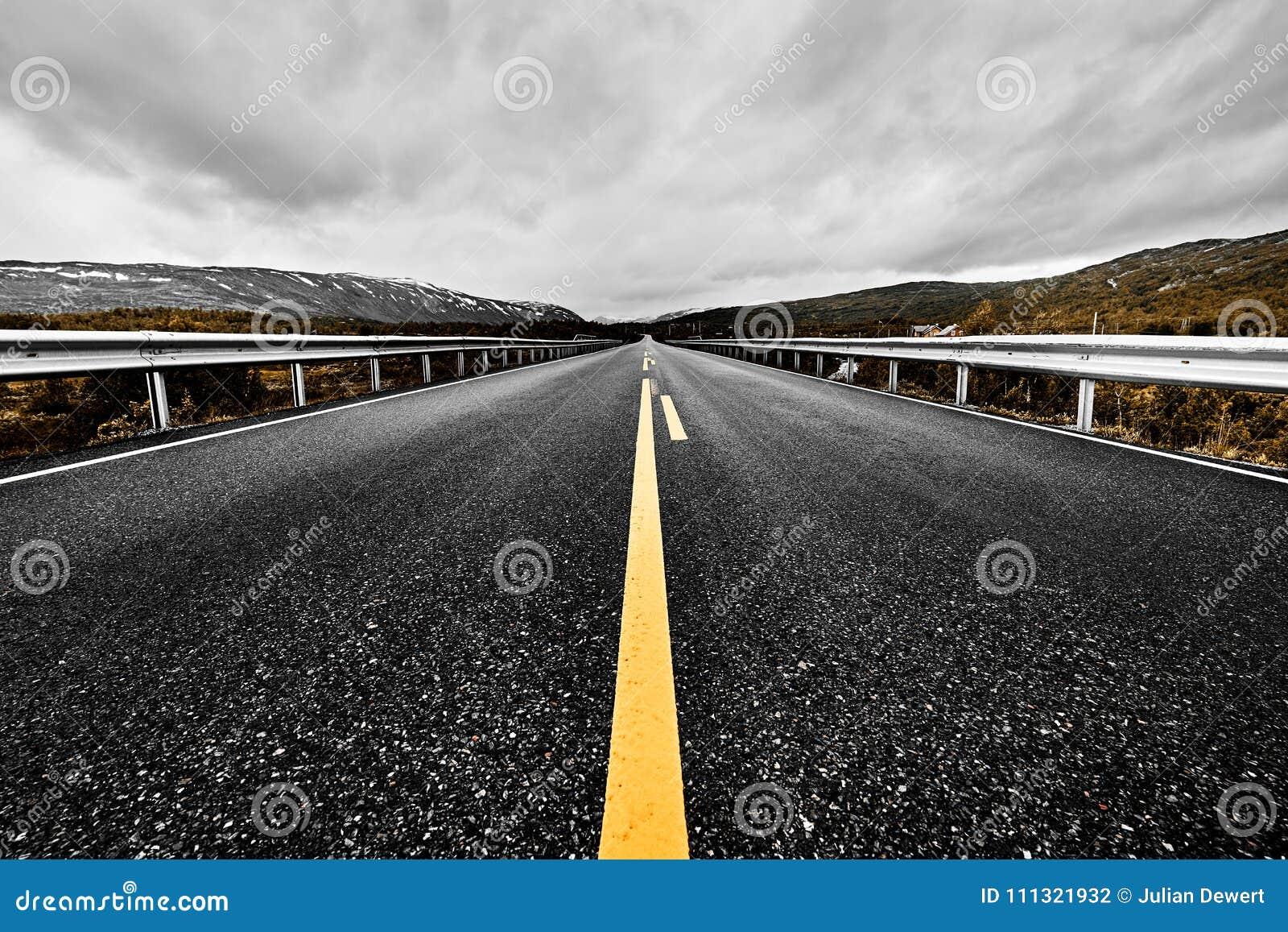 一个大开大草原和山的图象与延长就眼睛的一条被铺的高速公路路能看到与美好的natur