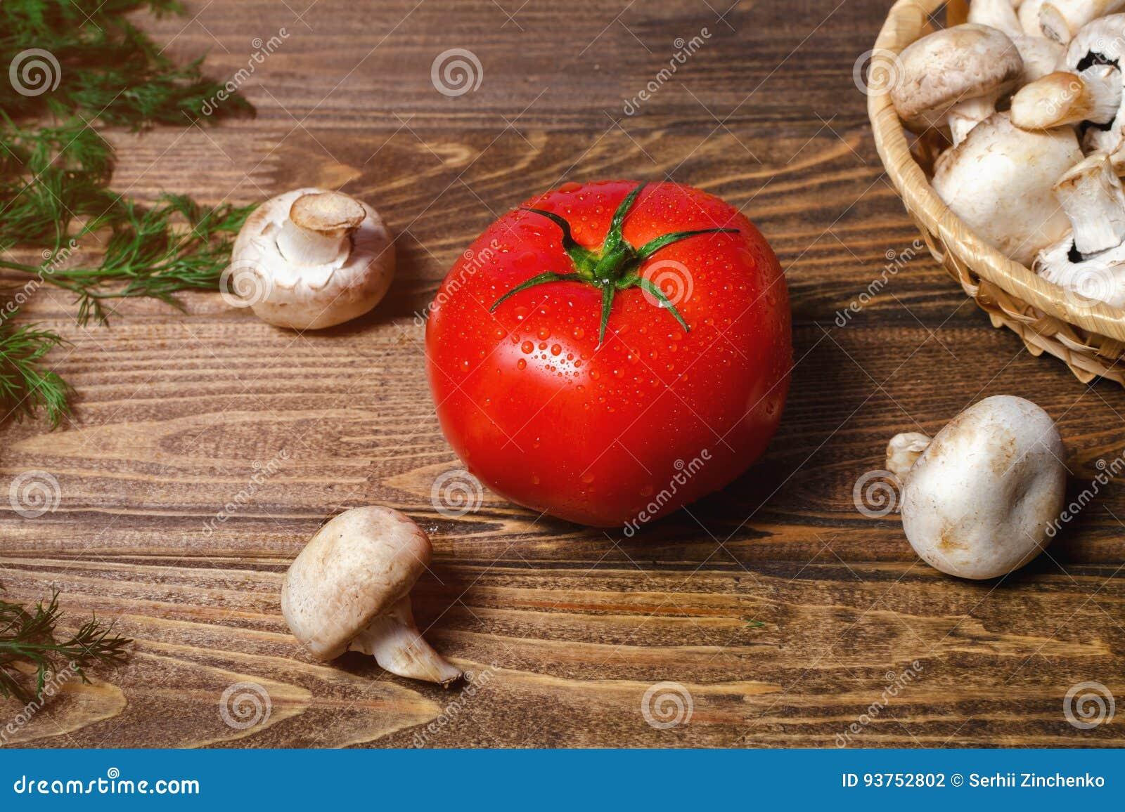 一个大蕃茄用蘑菇
