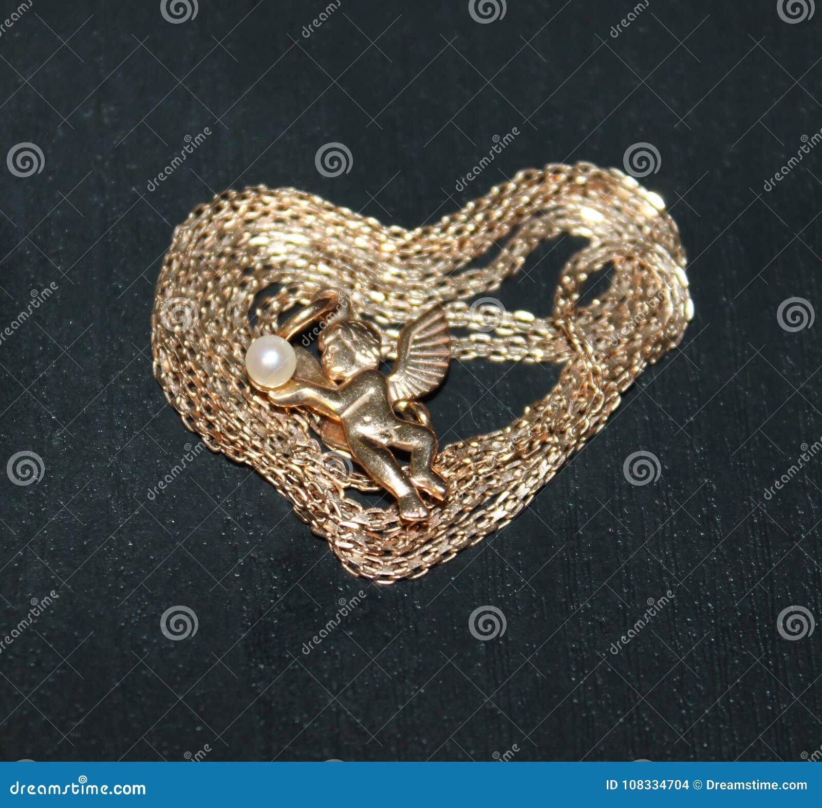 一个天使的照片在心脏中间的