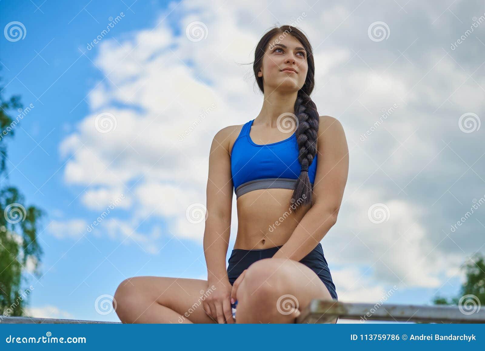 一个女孩参与体育
