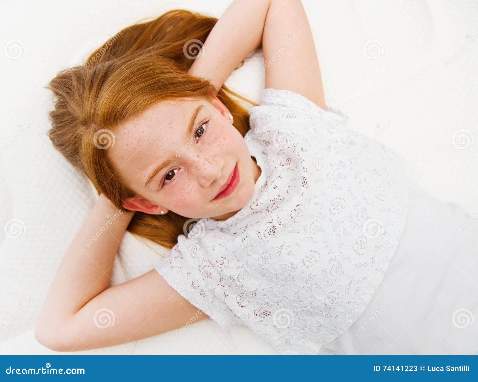 一个女孩在床上说谎 质量床垫