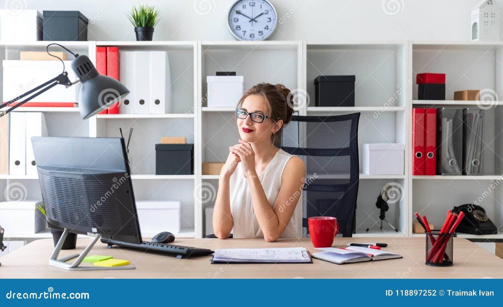 一个女孩坐在书桌在办公室