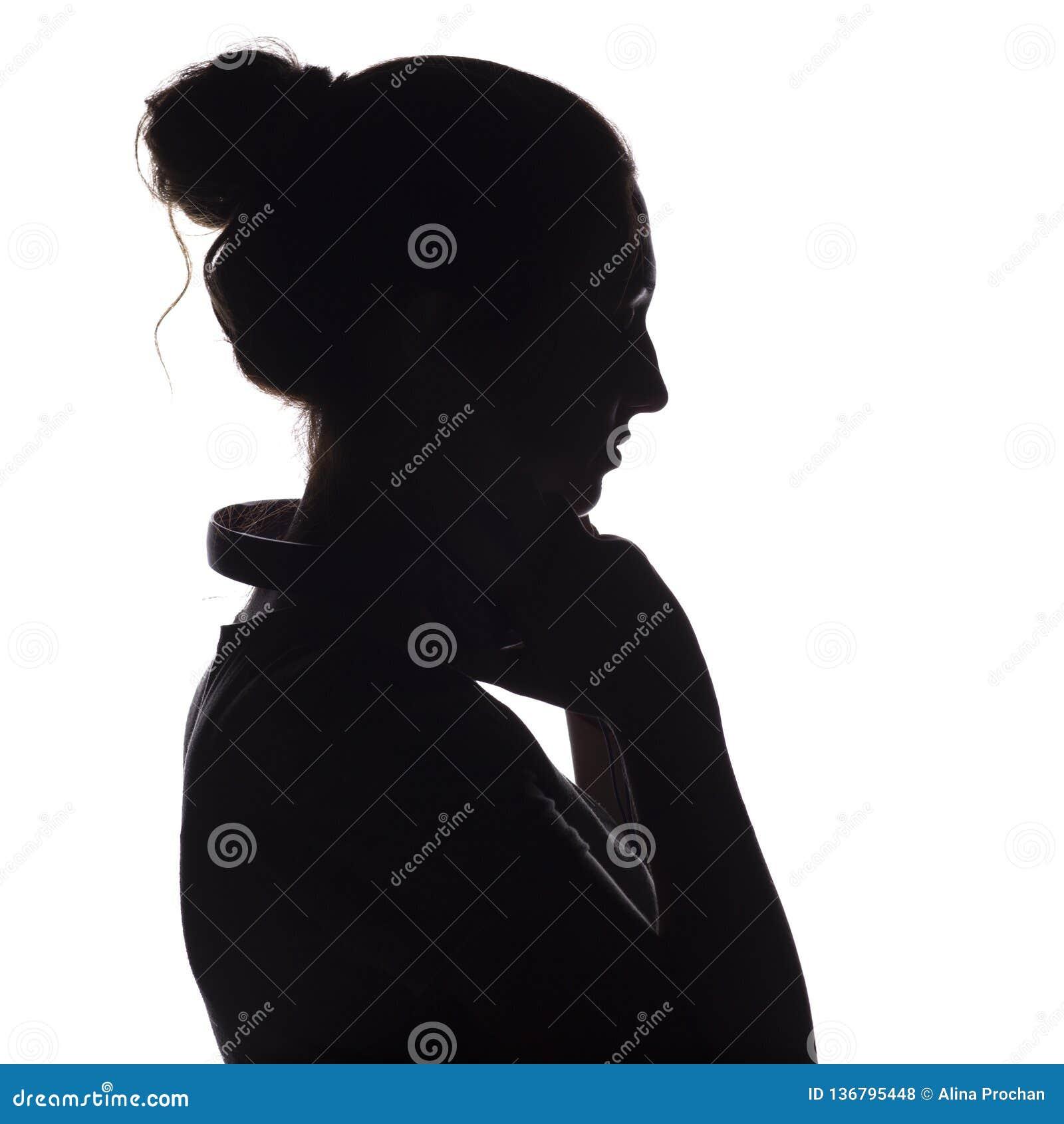 一个女孩的剪影有有耳机的在脖子,听到在白色被隔绝的背景的音乐,概念的年轻女人上