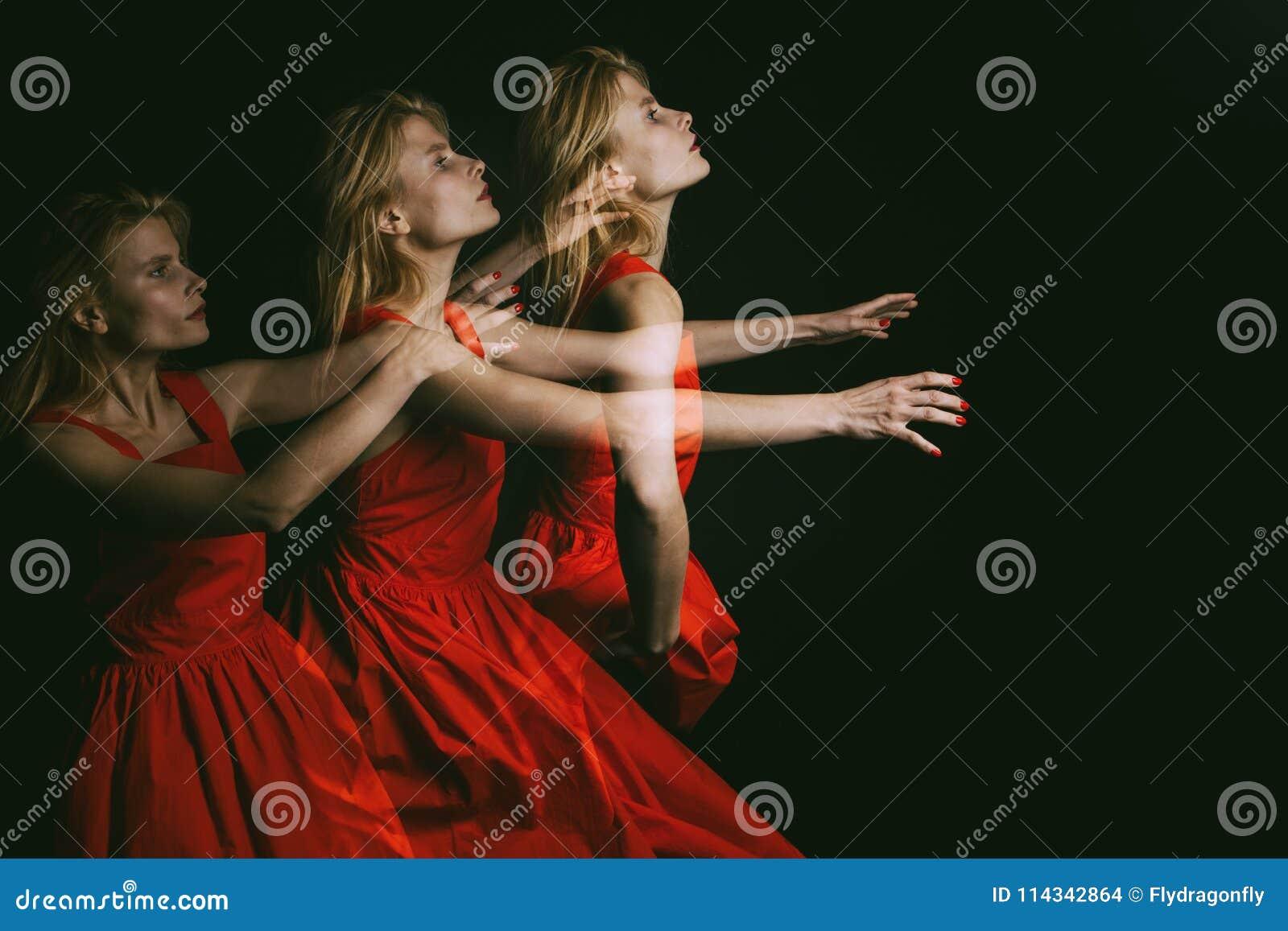 一个女孩的敏感情感画象黑背景的 不要走开!使曝光成三倍 概念性原物
