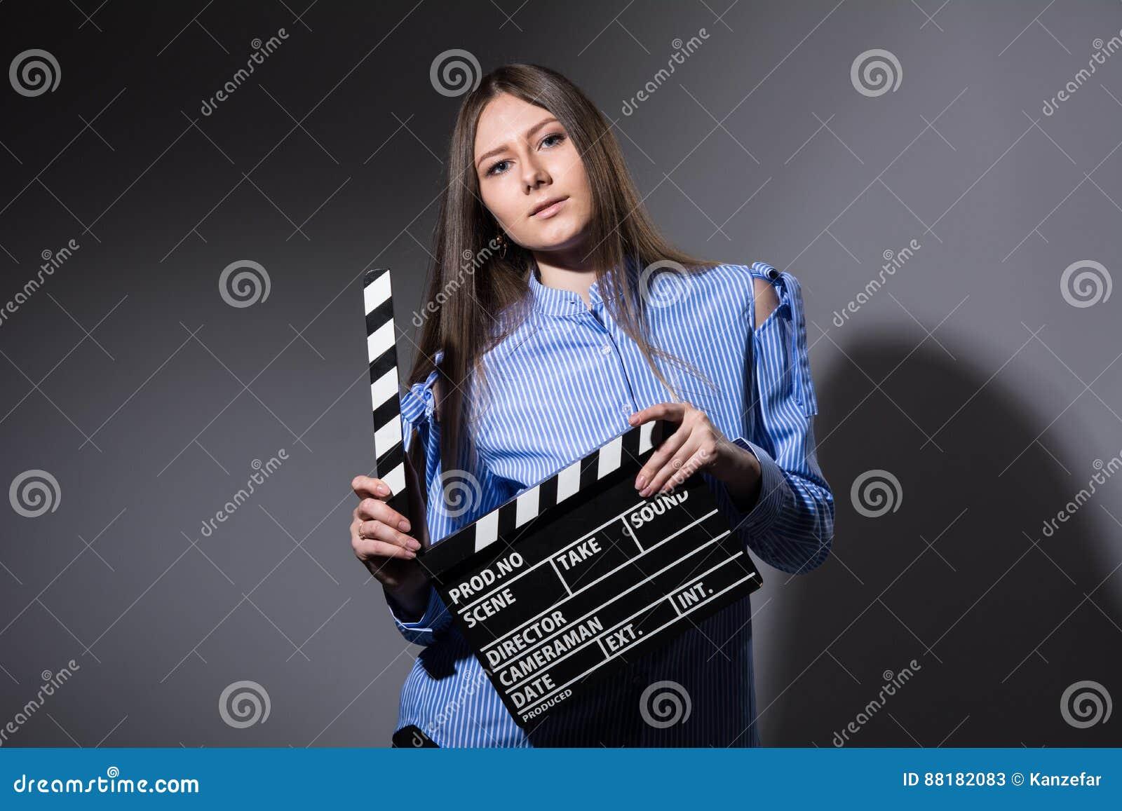 一个女孩的特写镜头有电影拍板的