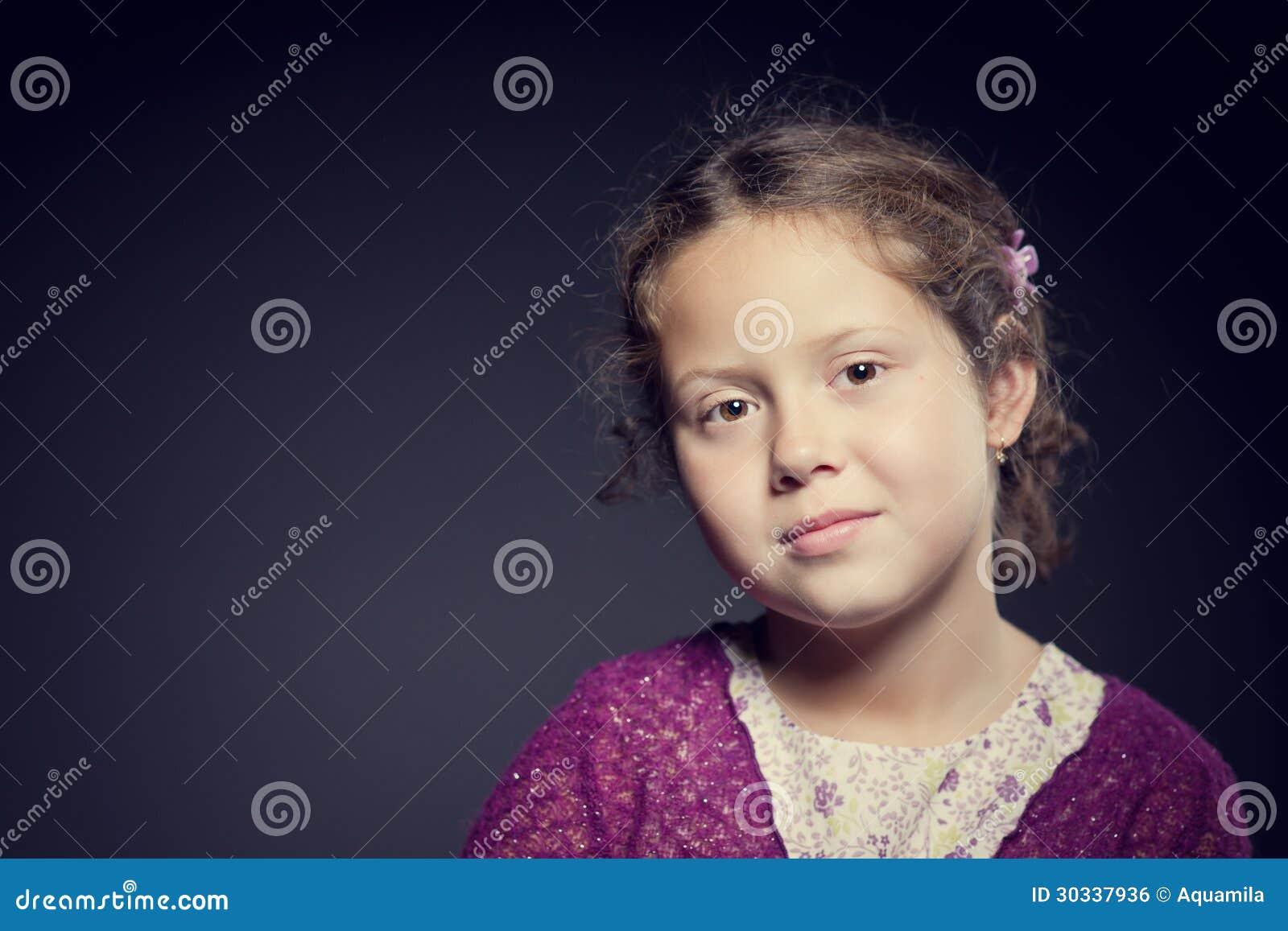 一个女孩的美丽的面孔有卷发的
