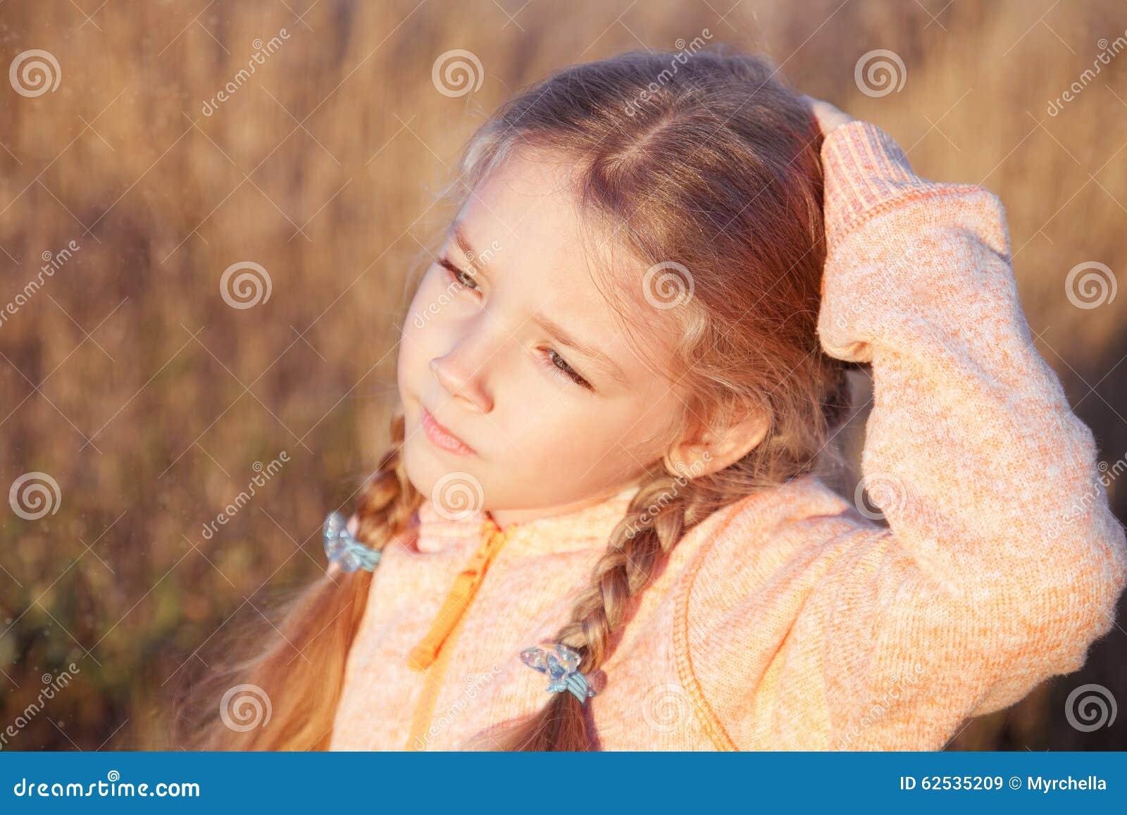 一个女孩的画象有户外猪尾特写镜头的