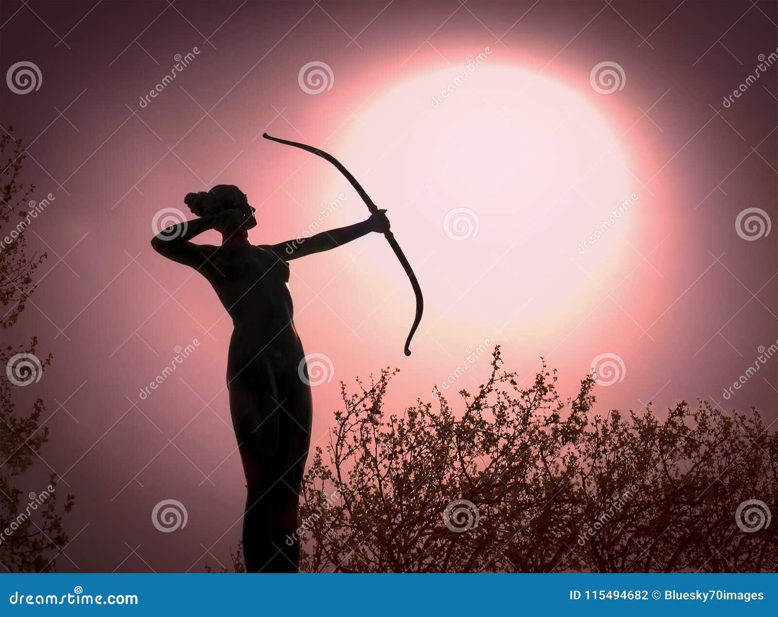 一个妇女阿切尔剪影的雕象与弓目标的太阳