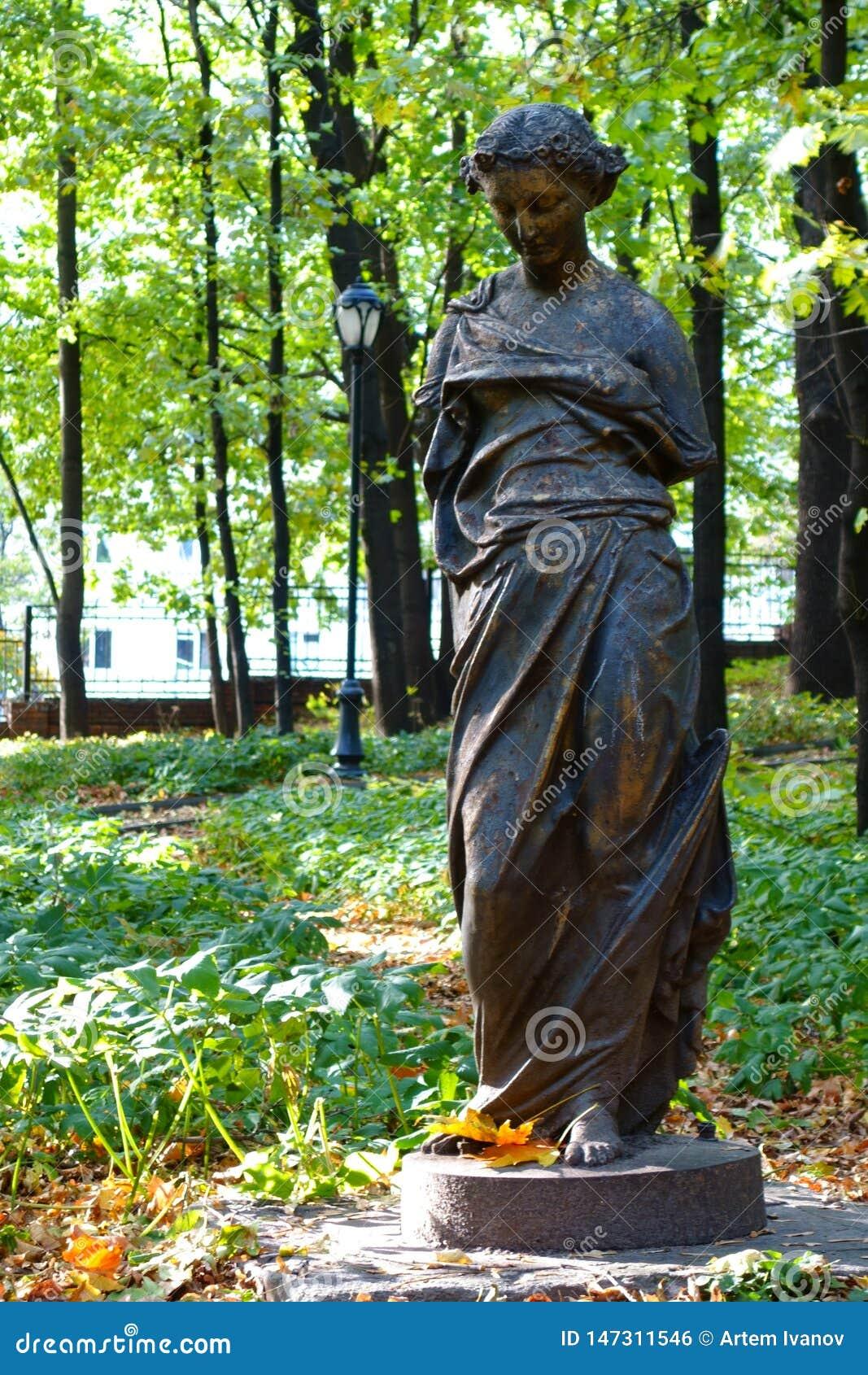一个孤立残破的女性雕象在前庄园的公园在莫斯科