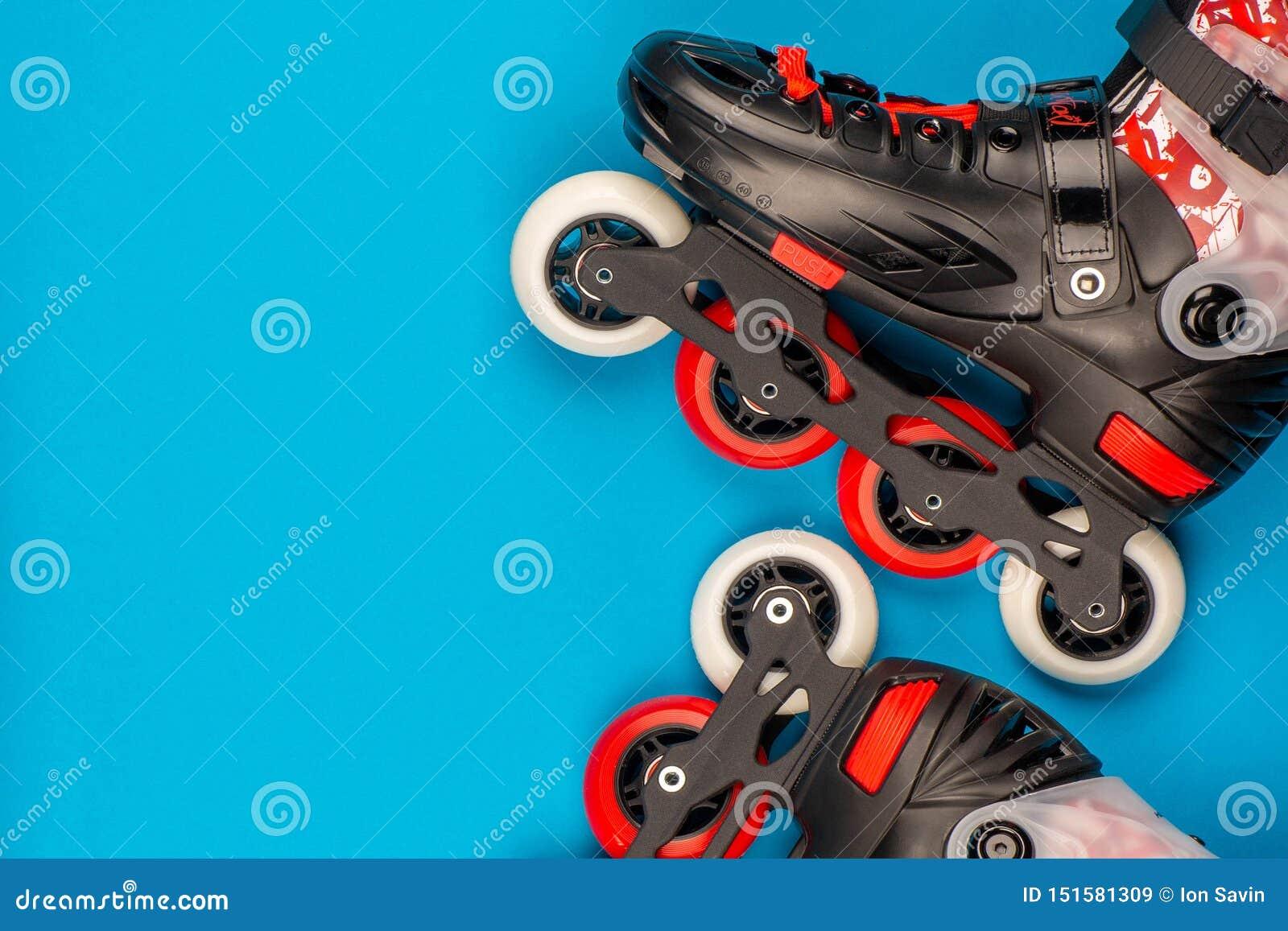 一个对在蓝色背景的溜冰鞋