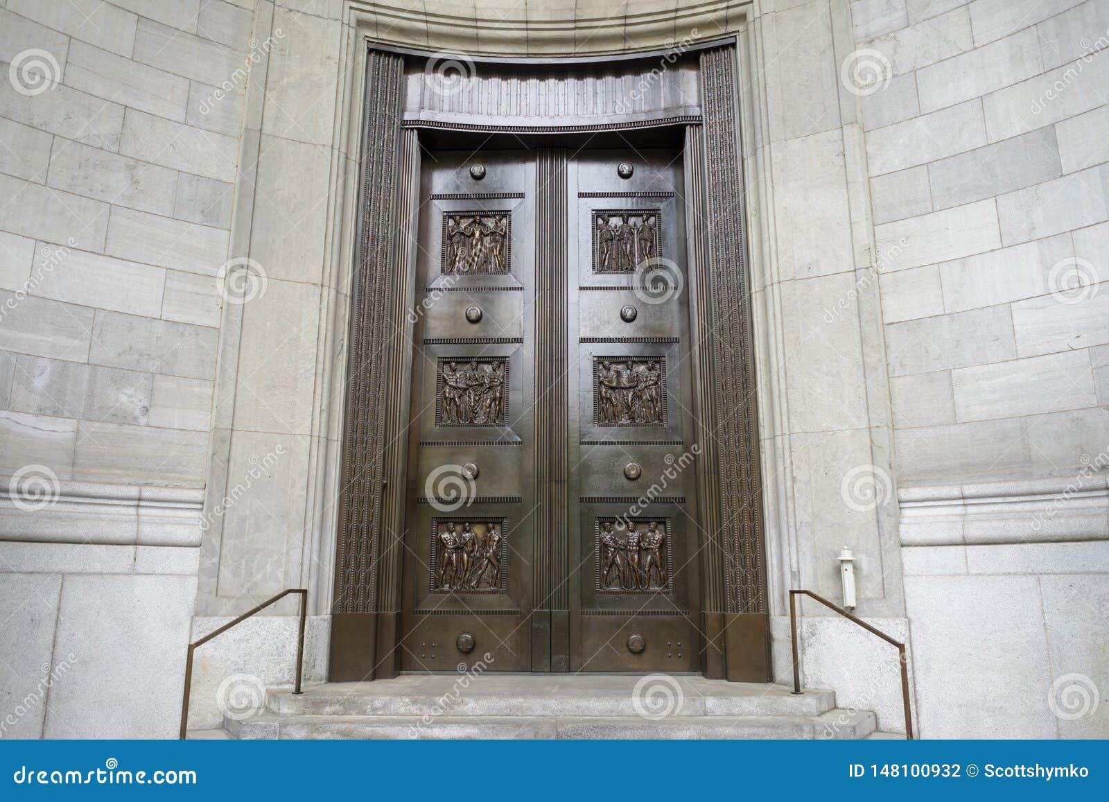 一个对在词条的老黄铜门