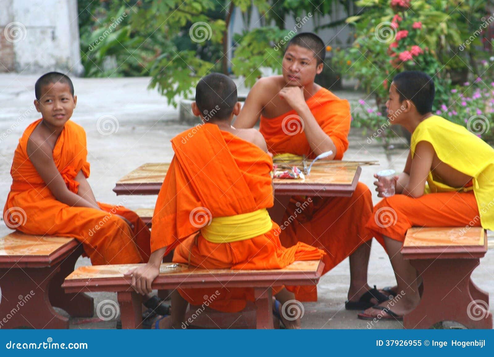 一个寺庙的四个年轻和尚在琅勃拉邦,老挝