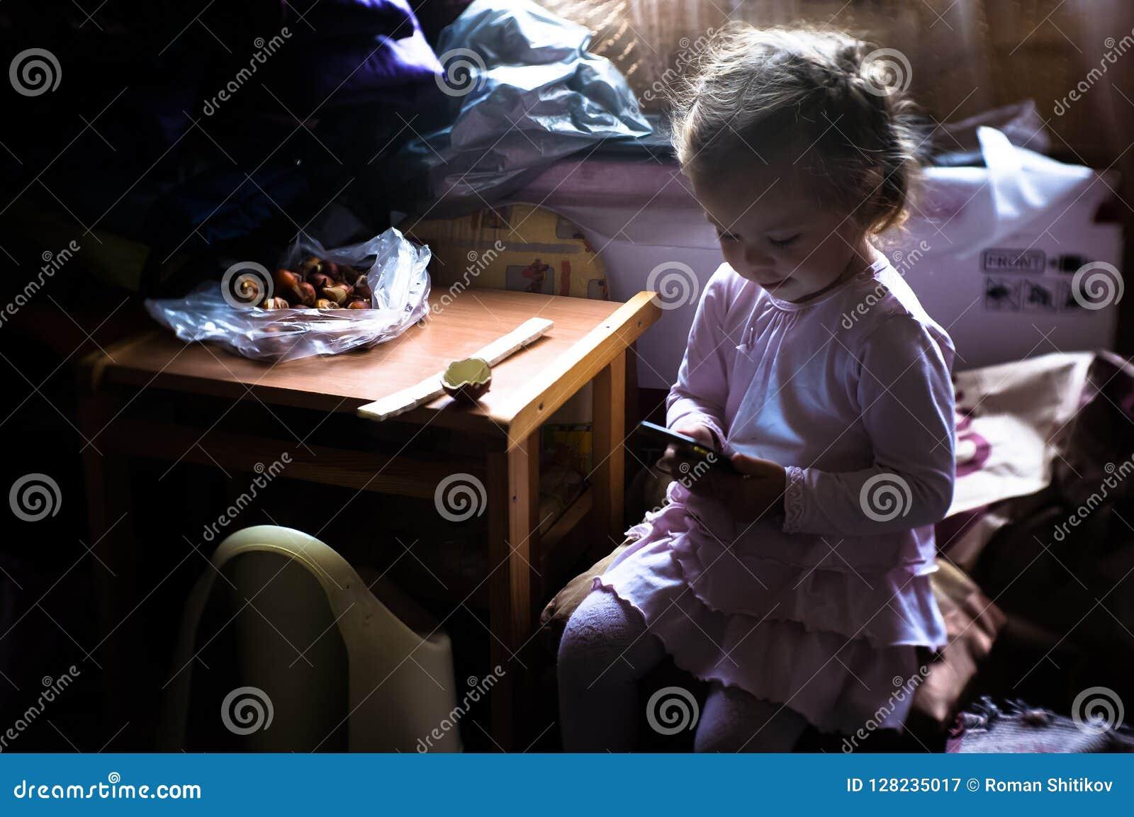 一个小女孩得知互联网通过一个手机