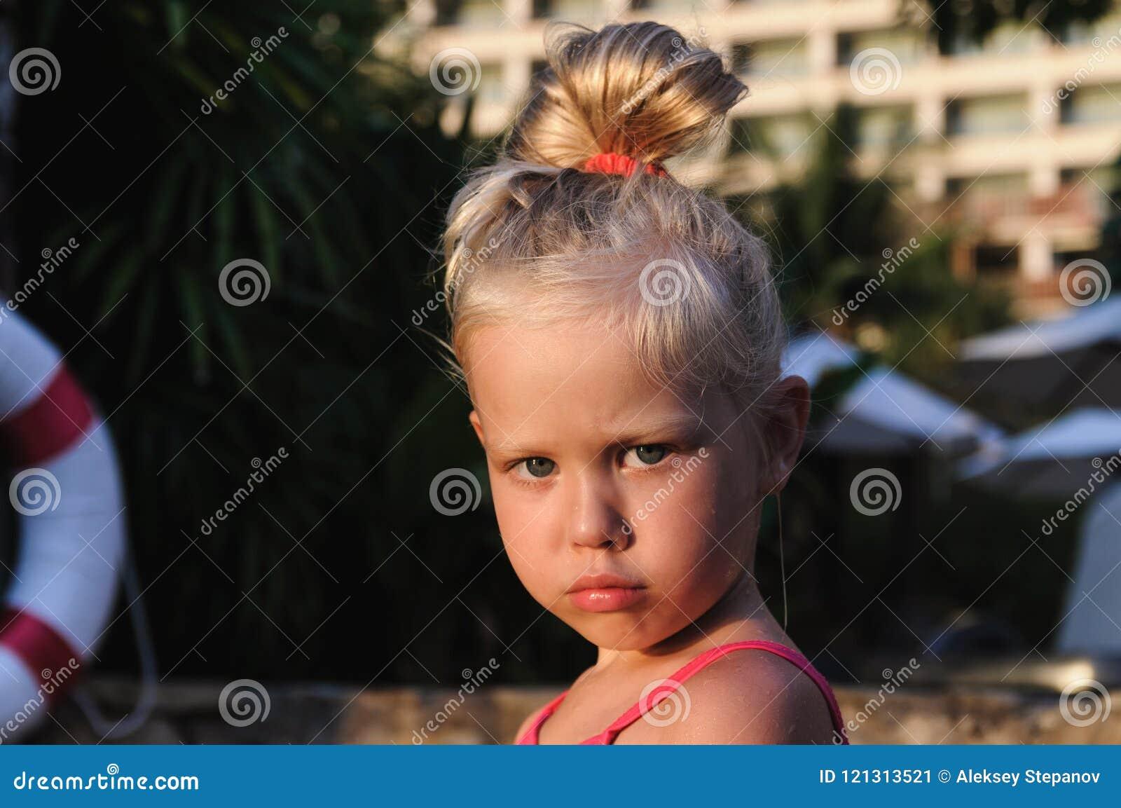 一个小女孩的画象由水池的