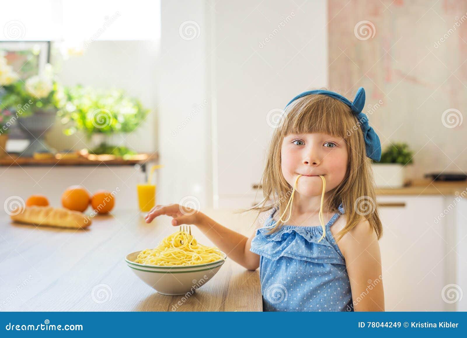 一个小女孩的画象吃意粉和傻瓜