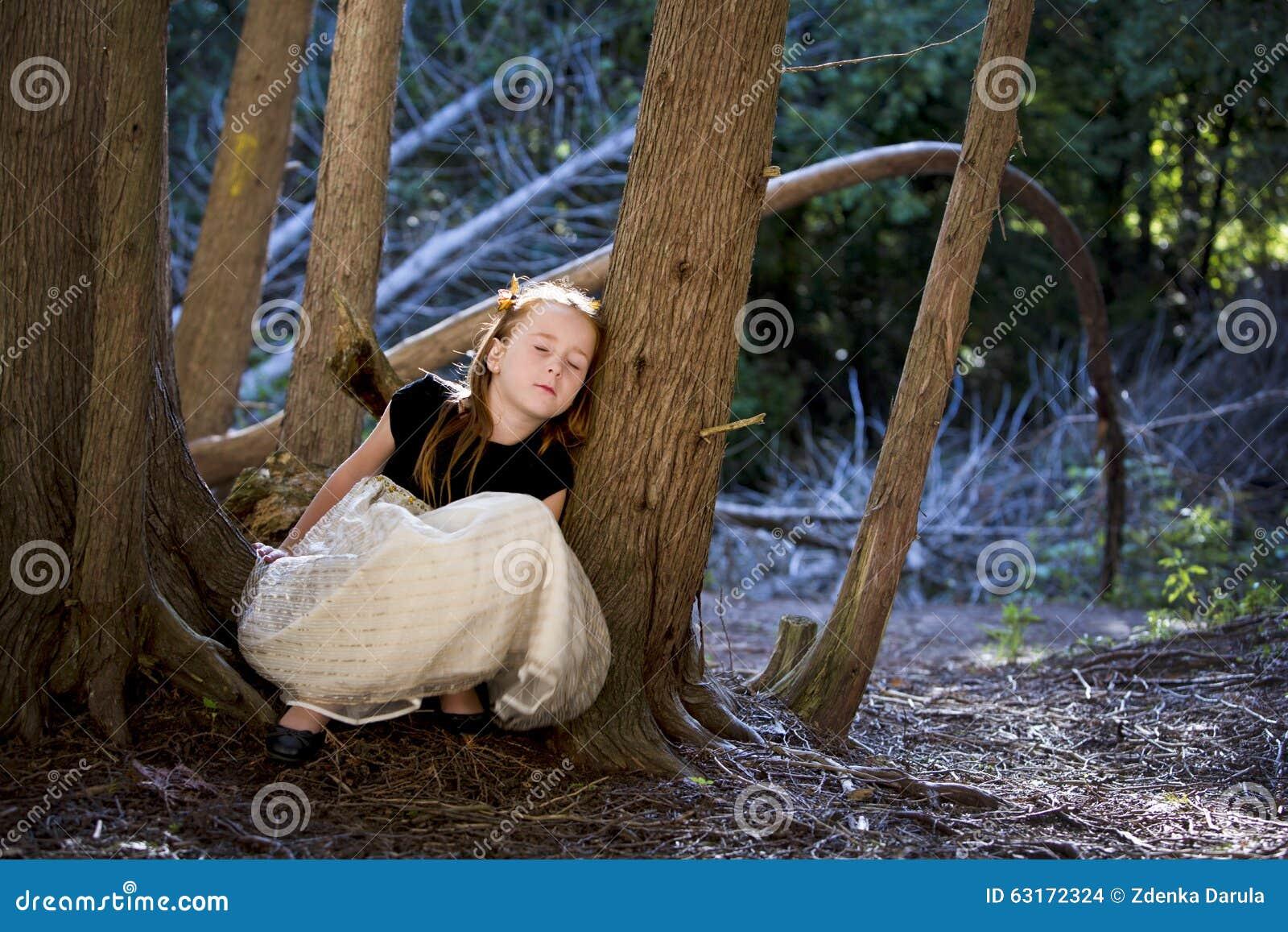 一个小女孩的画象在森林图片