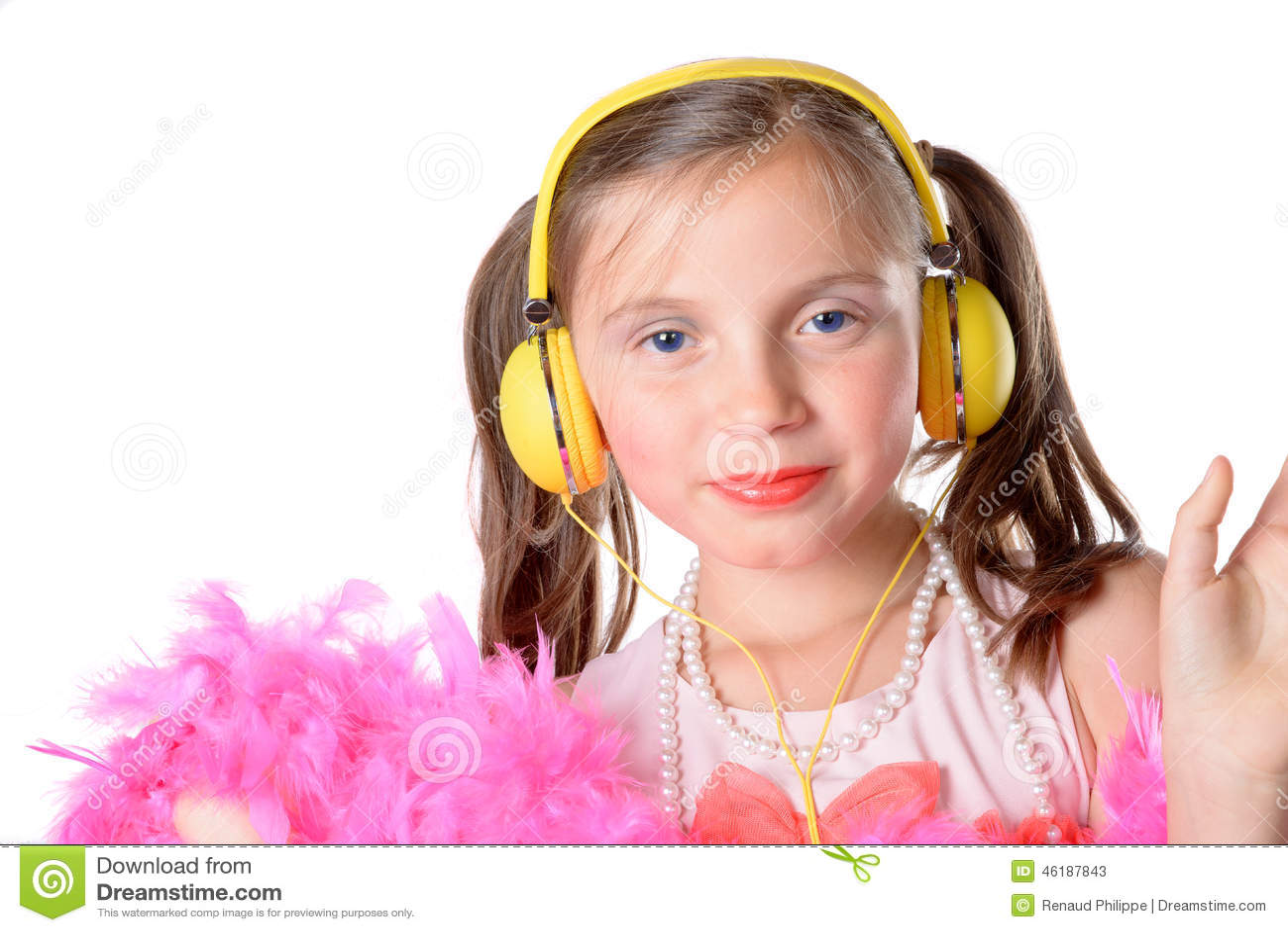 一个小女孩的画象有的在白色背景的黄色耳机.图片