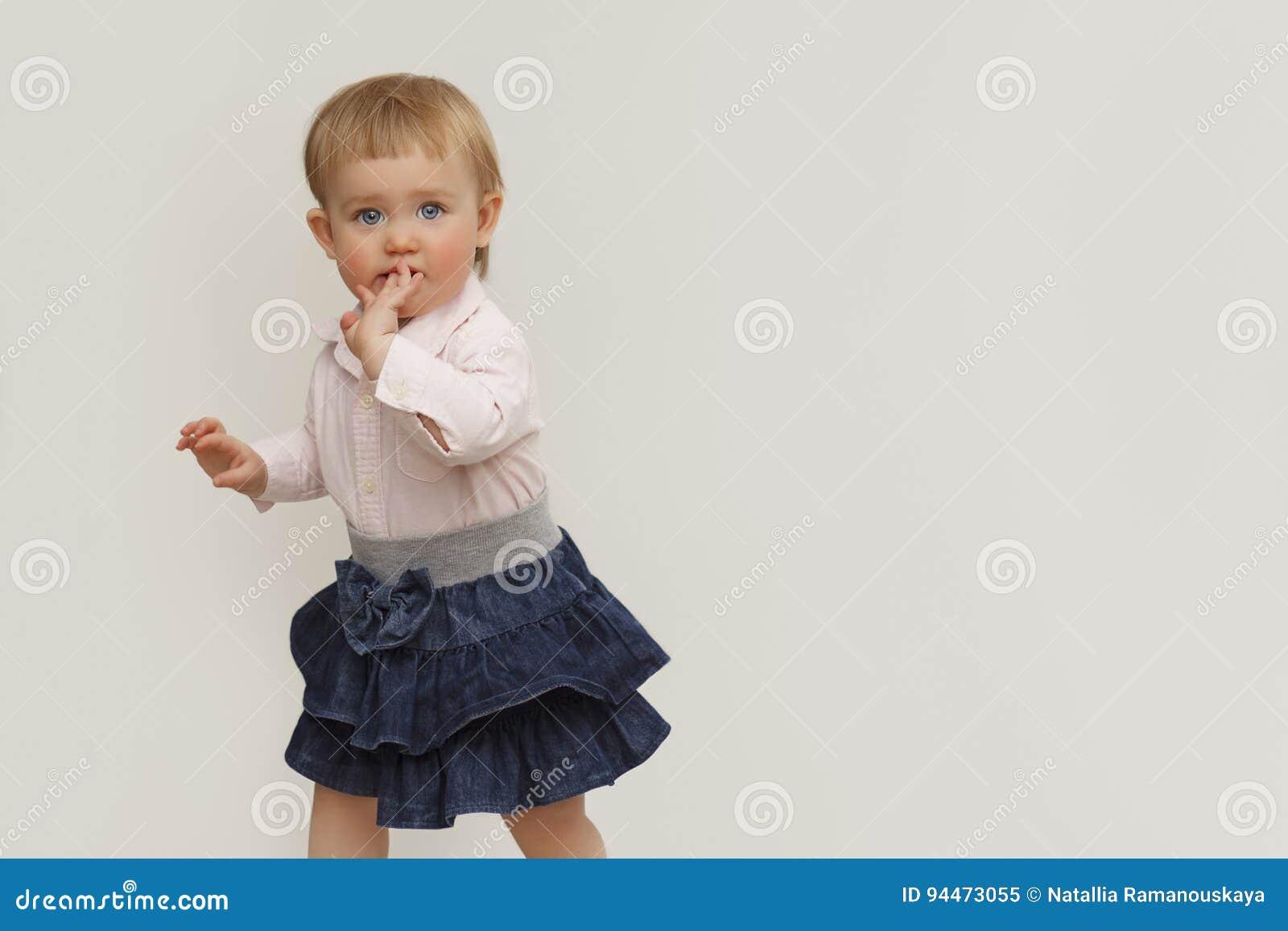 一个小女孩的画象有蓝眼睛的在白色背景