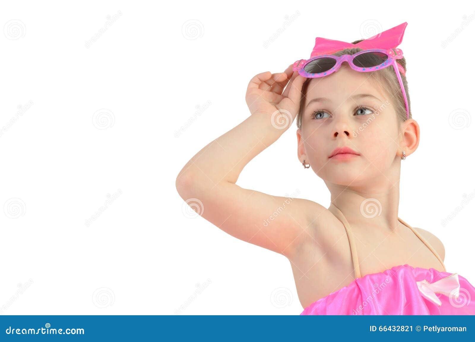一个小女孩的画象戴查找的眼镜的想象.图片