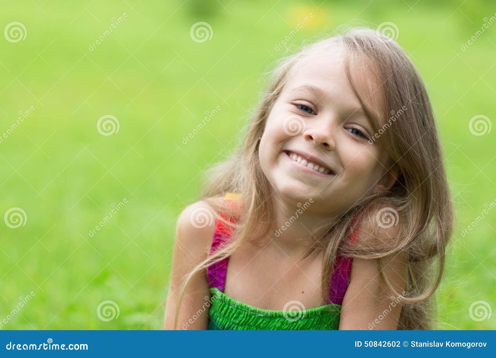 一个小女孩的画象绿色背景的 女孩七年.图片