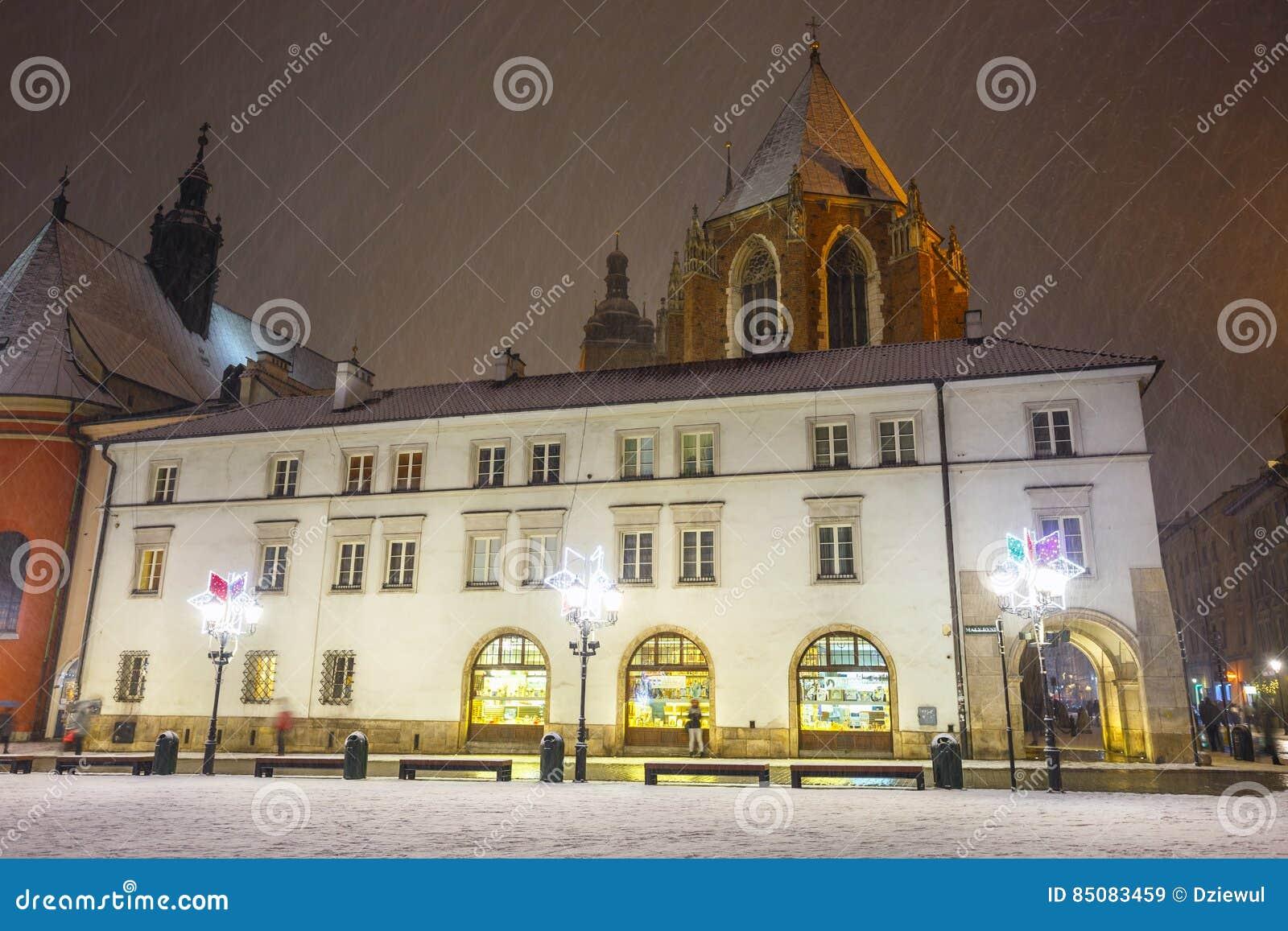 一个小市场的夜视图在克拉科夫,波兰 克拉科夫老镇列出了当联合国科教文组织遗产si