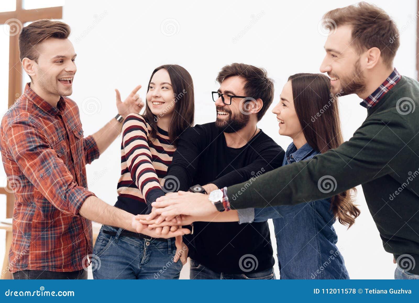 一个小组年轻办公室工作者庆祝