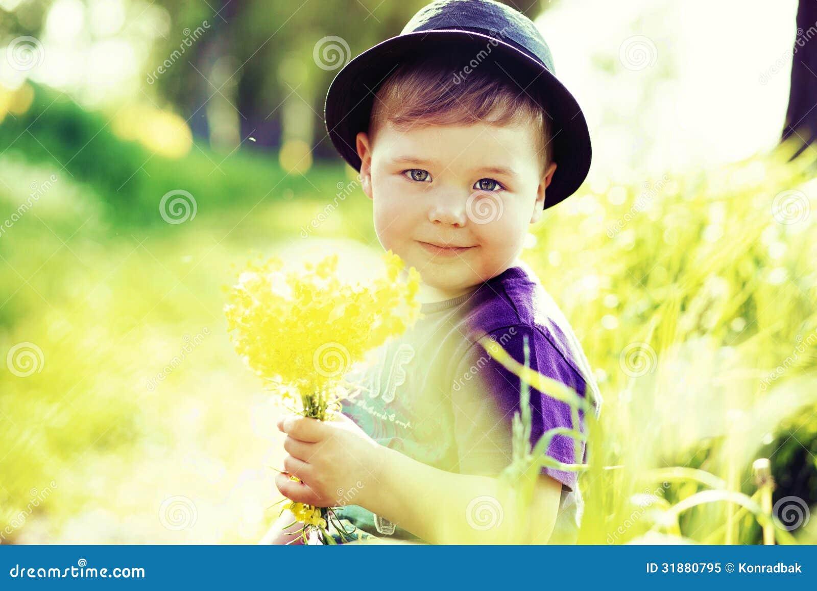 一个小逗人喜爱的孩子的画象