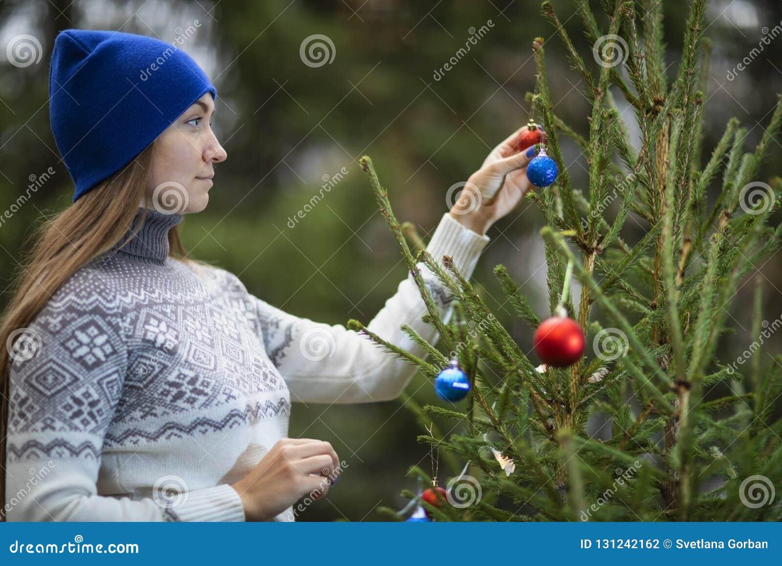 一个少妇装饰圣诞树