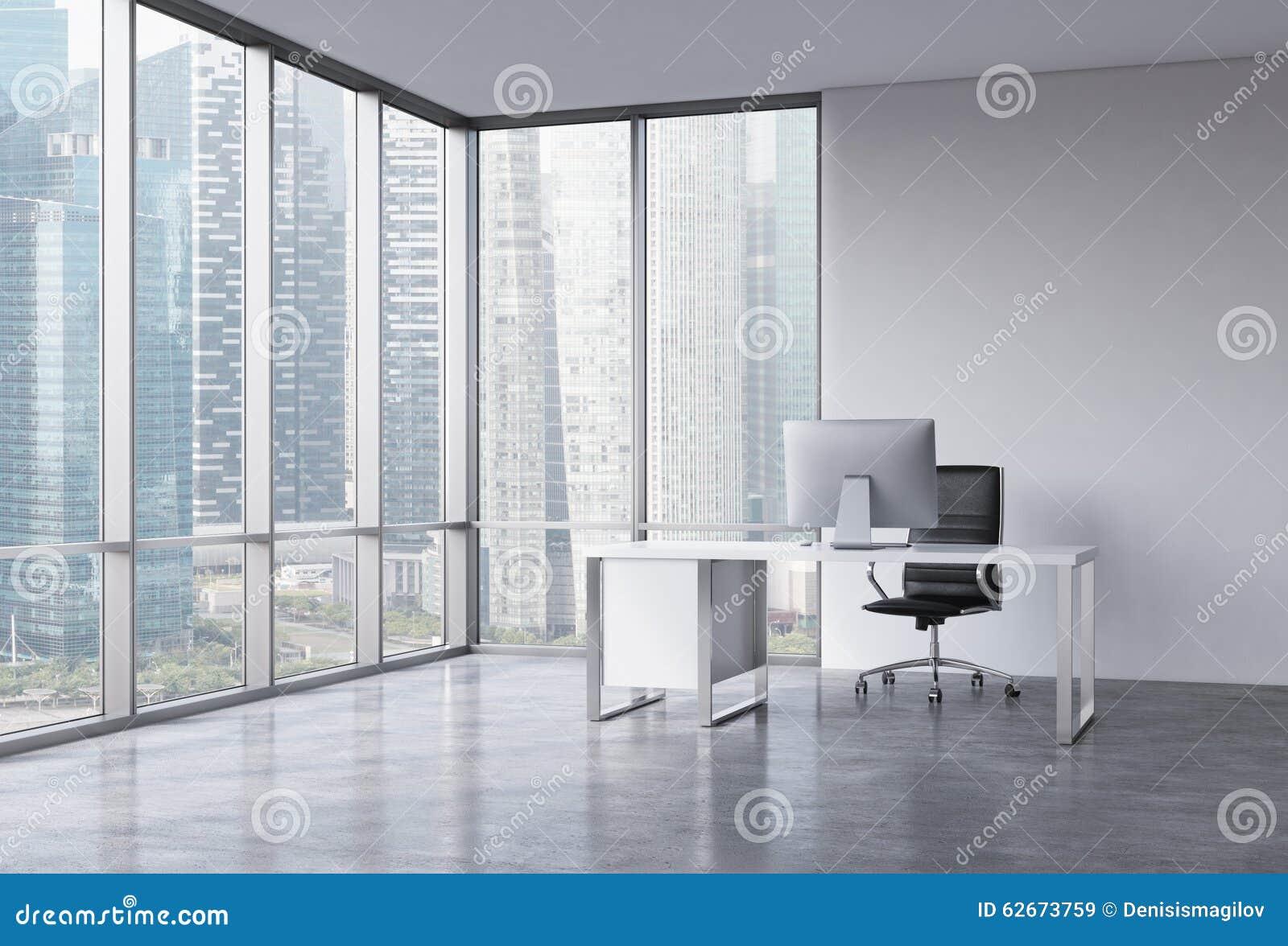 一个工作场所在一个现代壁角全景办公室有新加坡视图