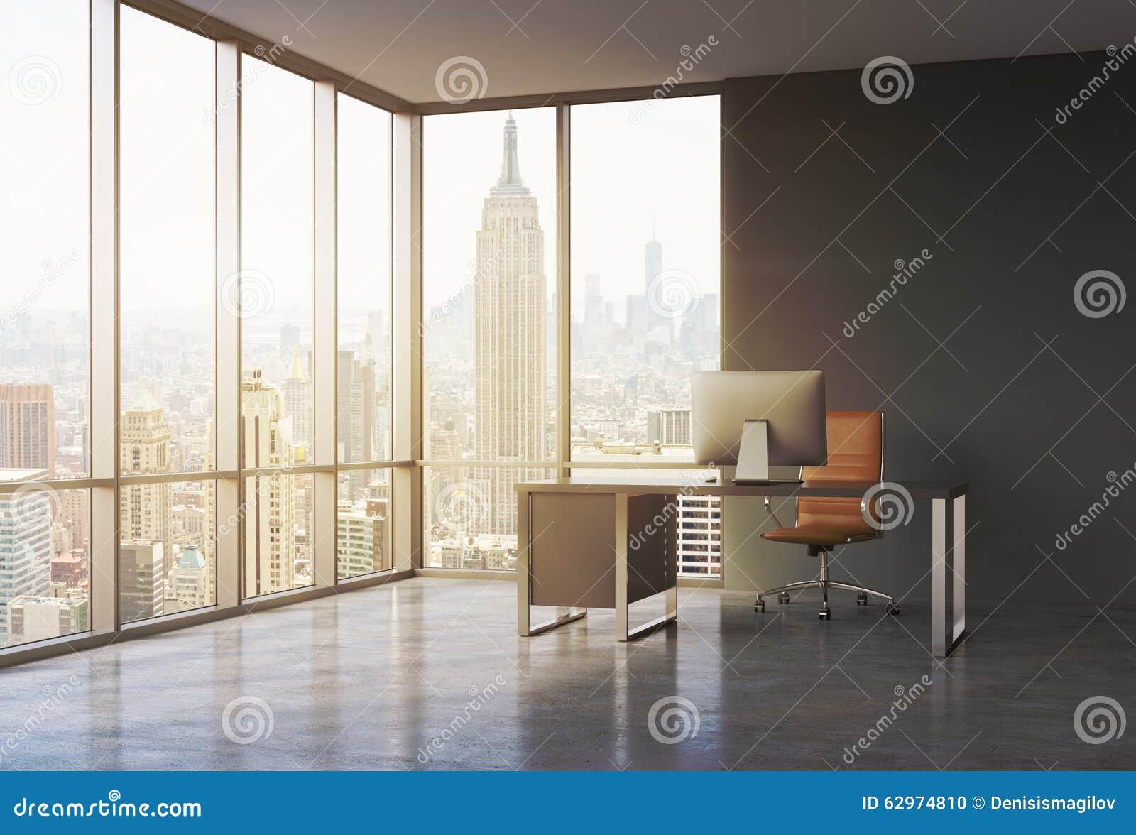 一个工作场所在一个现代壁角全景办公室有日落纽约视图 有现代计算机和棕色皮革的c一张黑书桌