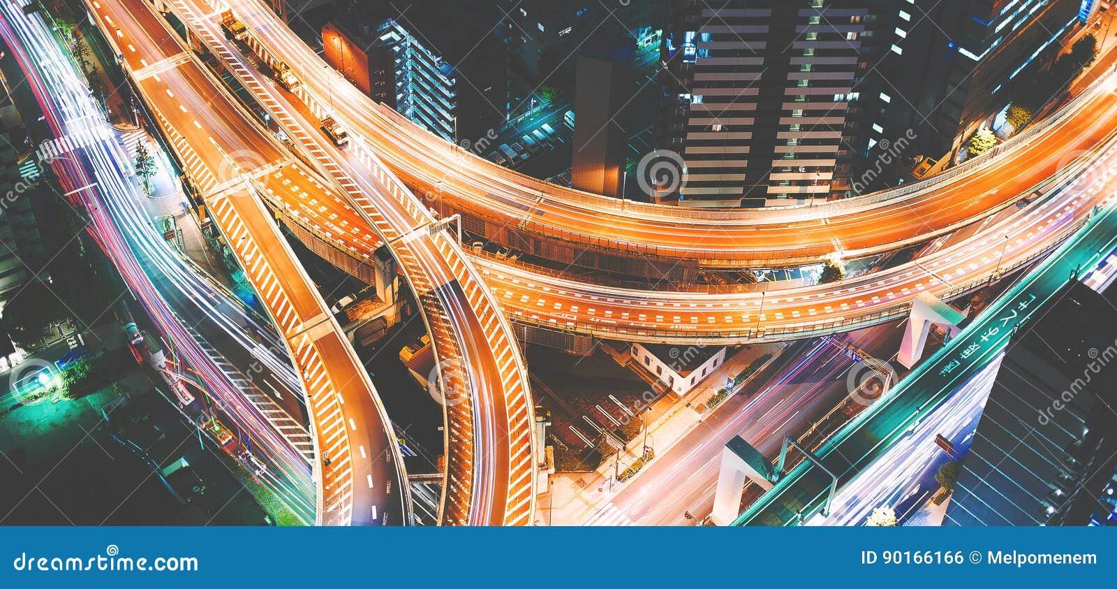 一个巨型的高速公路交叉点的鸟瞰图在东京,日本