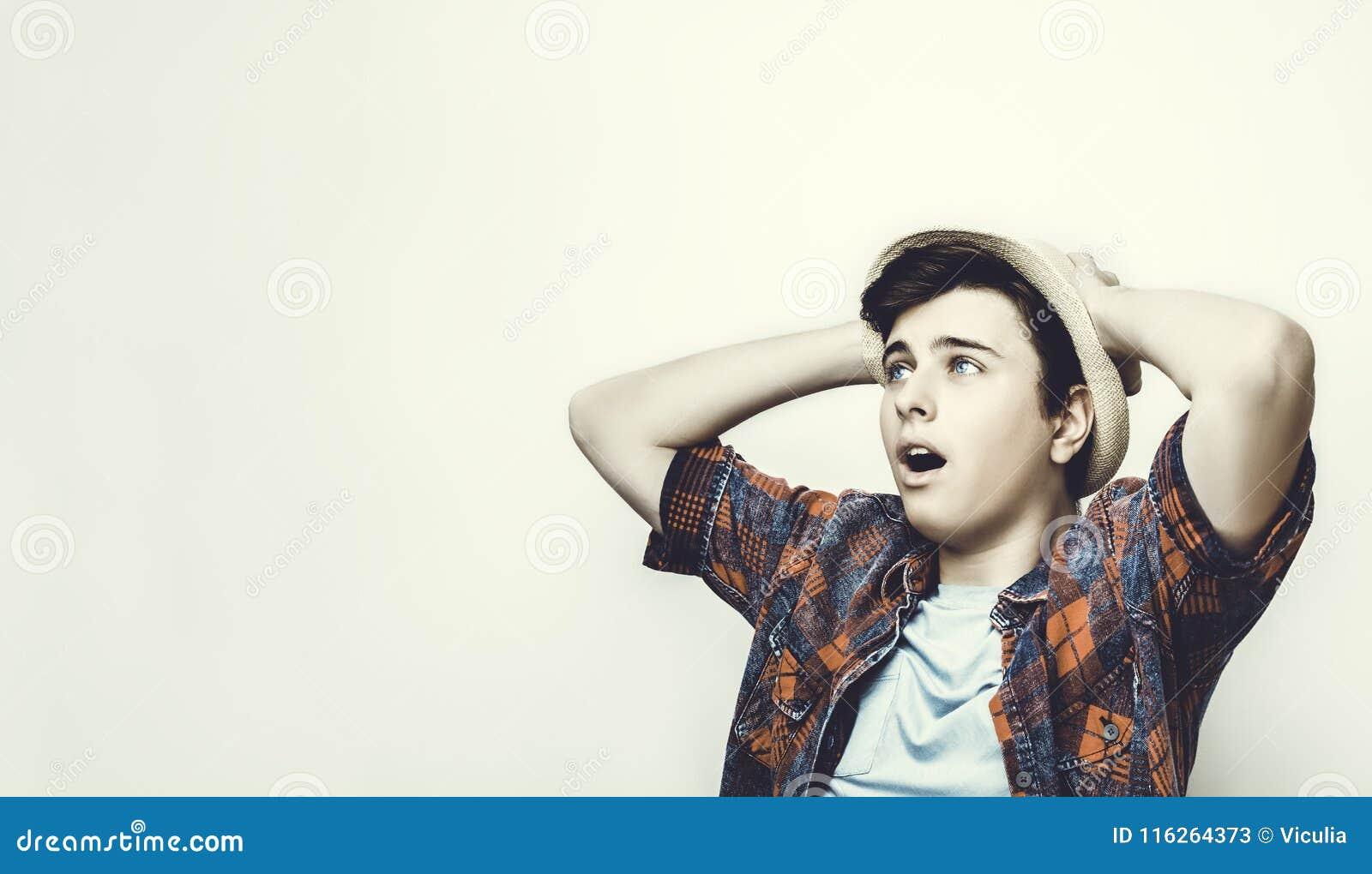 一个年轻人起反应对坏或伪造品新闻