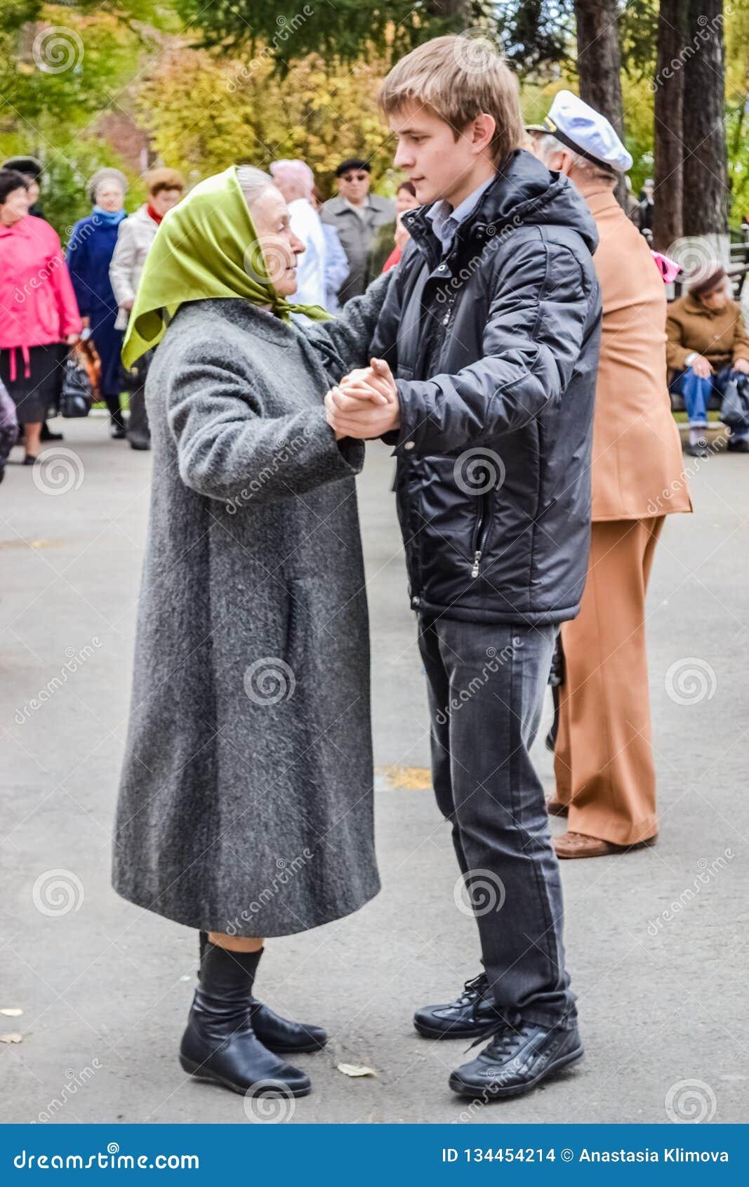 一个年长人的天在俄罗斯