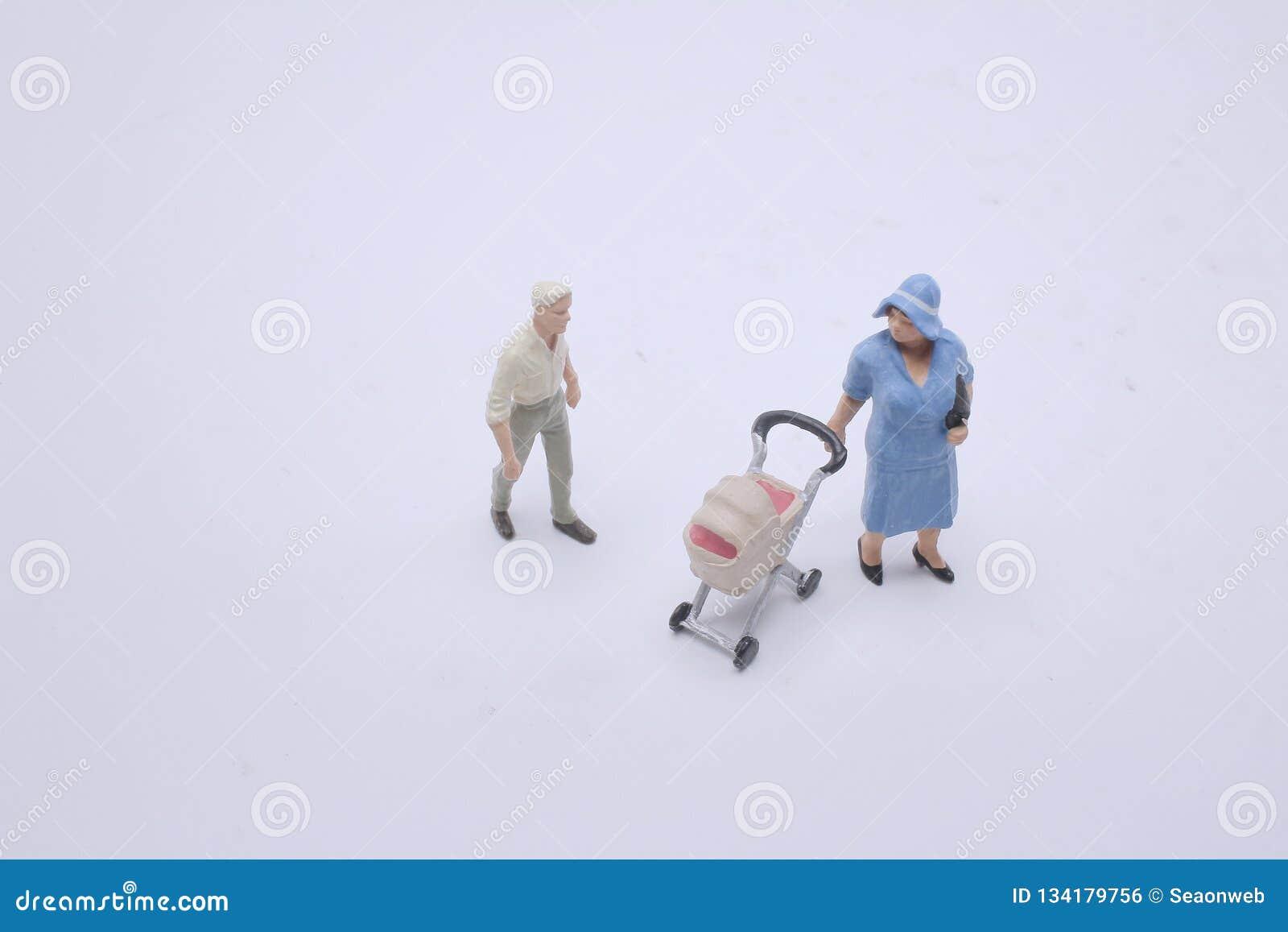 一个微型母亲形象和婴儿车