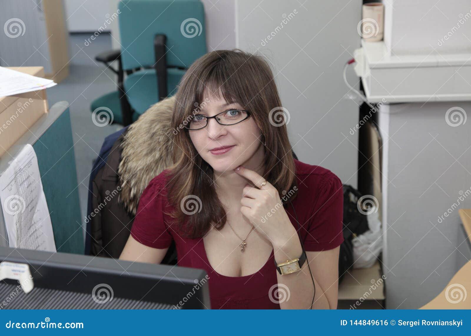 工作在办公室的成功的女商人
