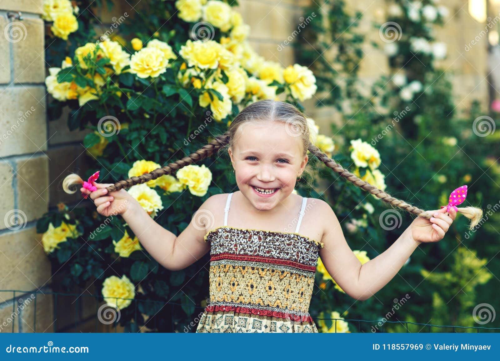 一个快乐的女孩的画象有猪尾的