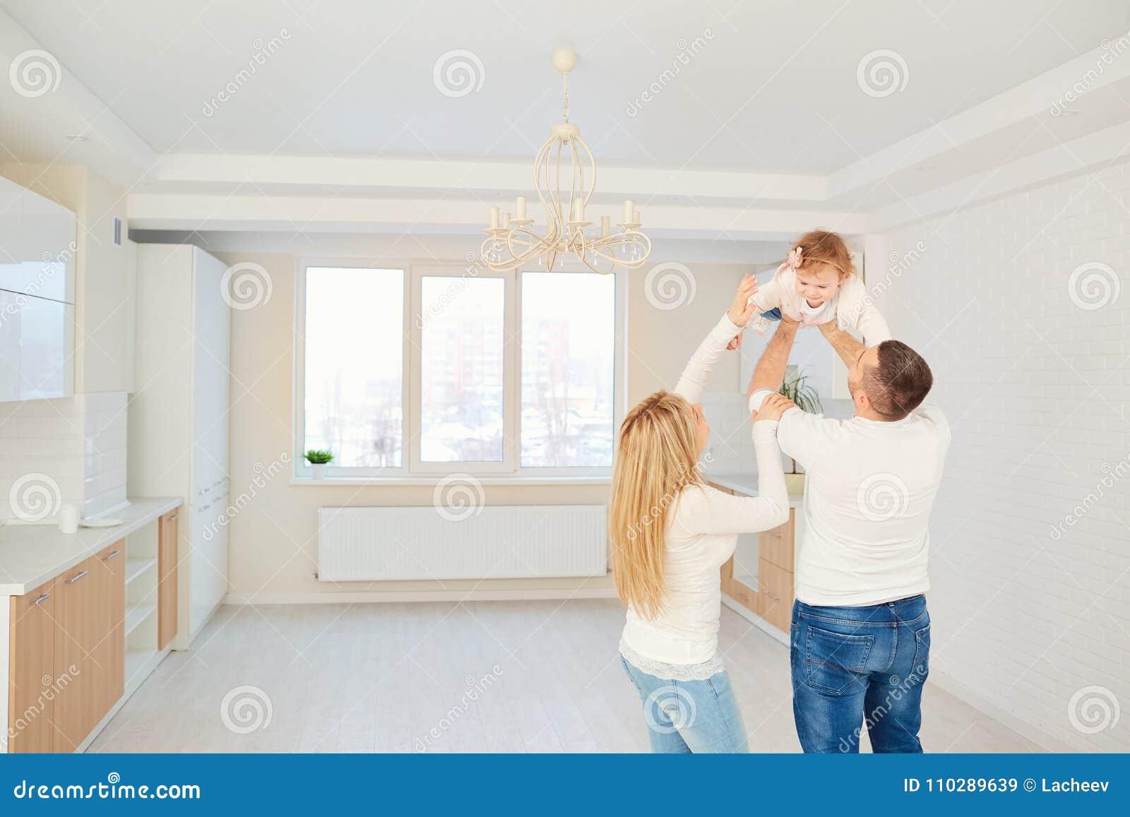一个愉快的家庭一起充当与孩子明亮的房子茶