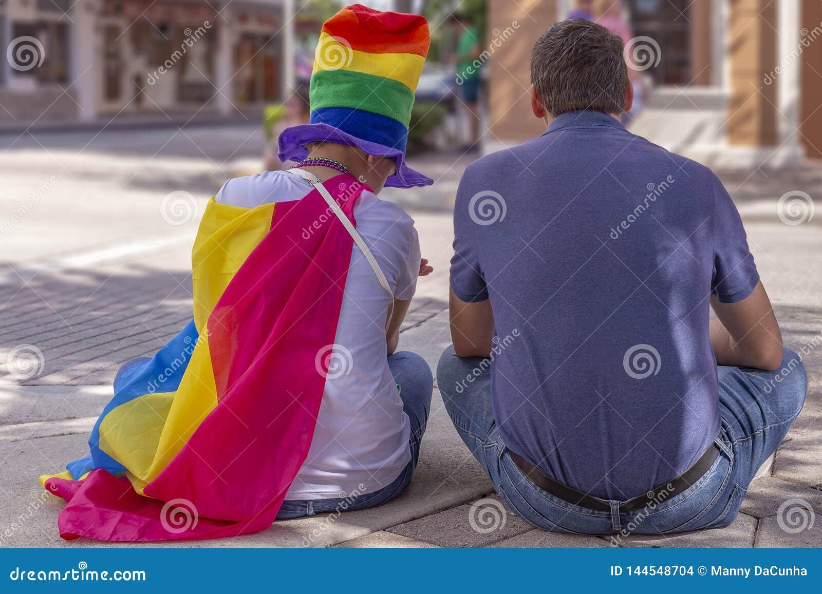 一个支援爸爸坐与他的女儿在自豪感费斯特
