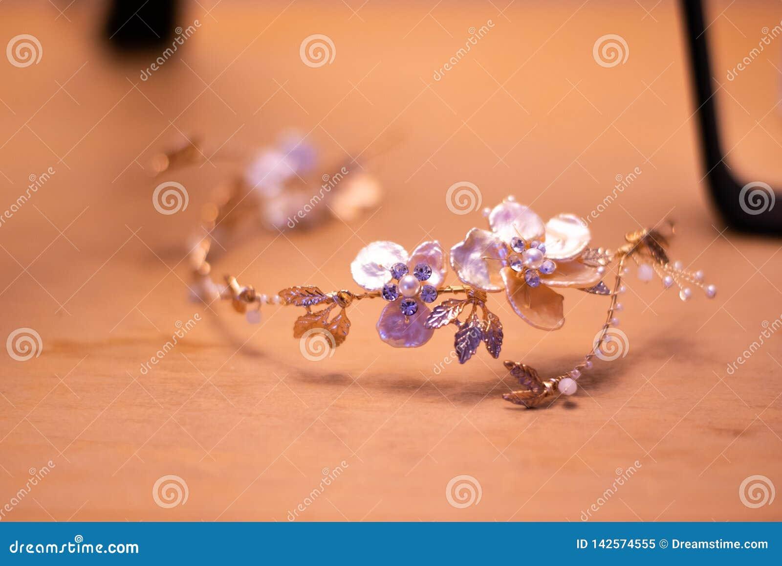 一个新娘的冠状头饰在她的婚礼那天