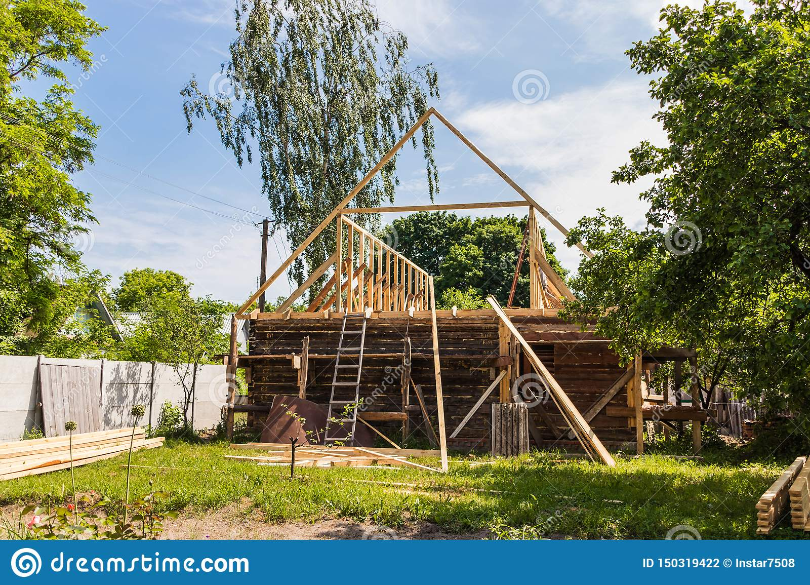 一个新的木屋顶的设施在一个寓所的由木匠和盖屋顶的人队