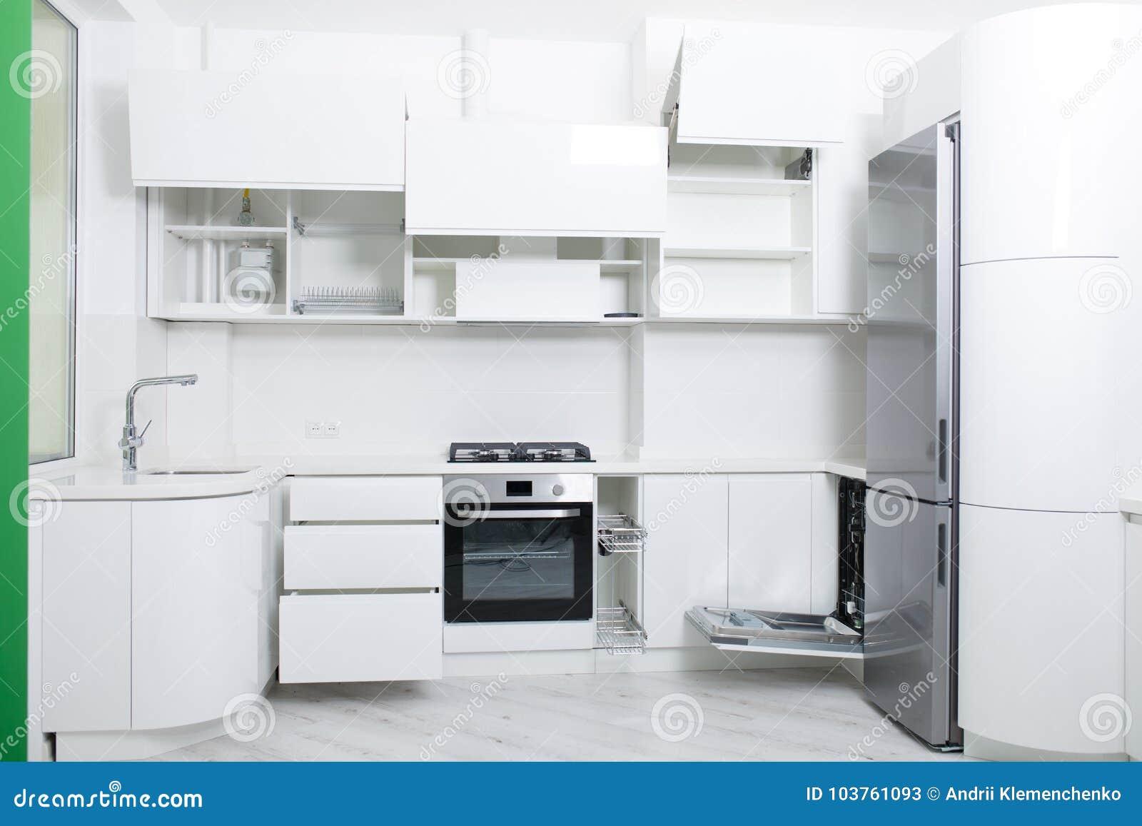 一个新的轻的厨房的设计淡色的 内阁是开放的