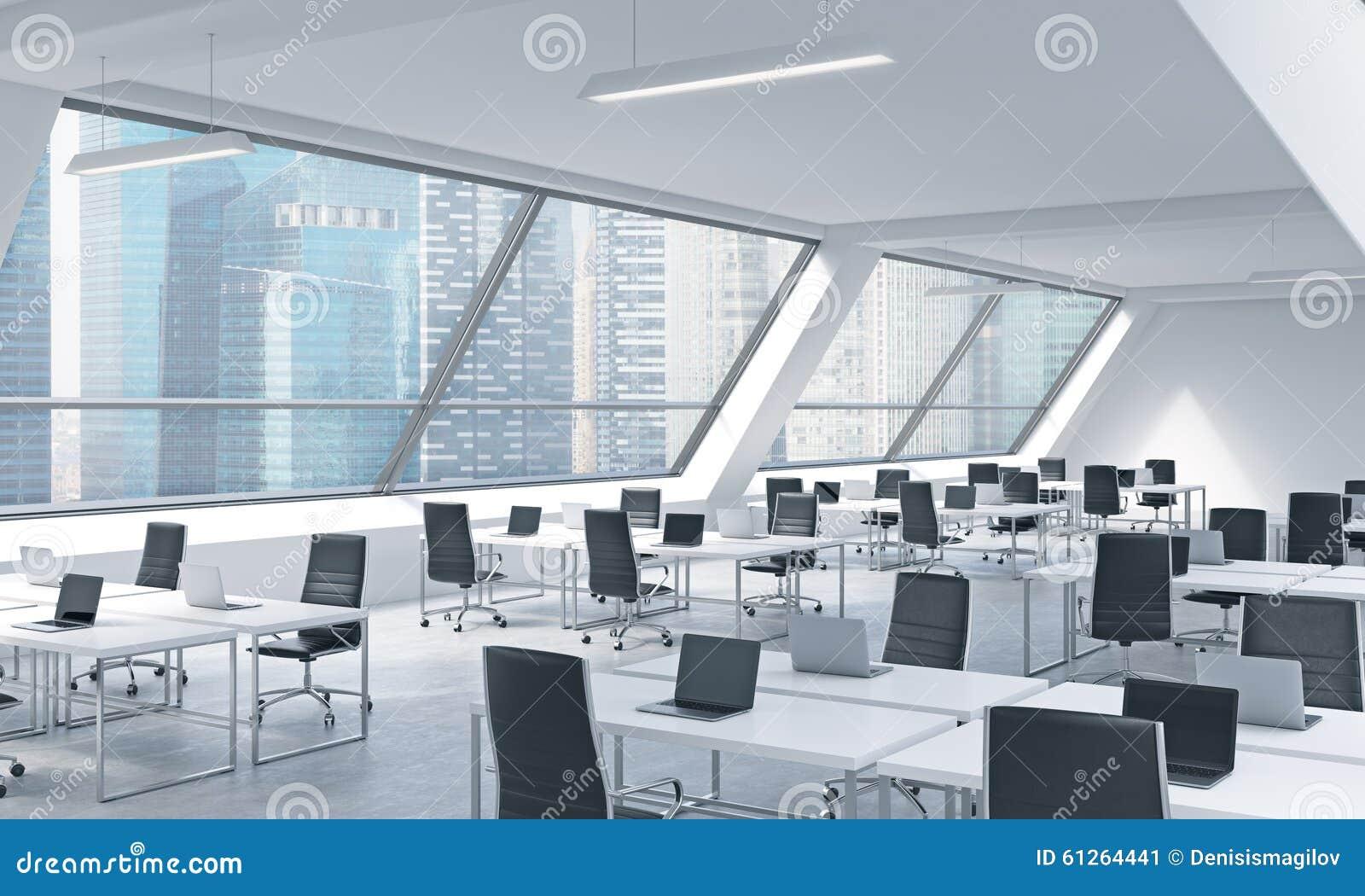 一个明亮的现代露天场所的工作场所向高处发射办公室 现代膝上型计算机和黑椅子装备的白色桌