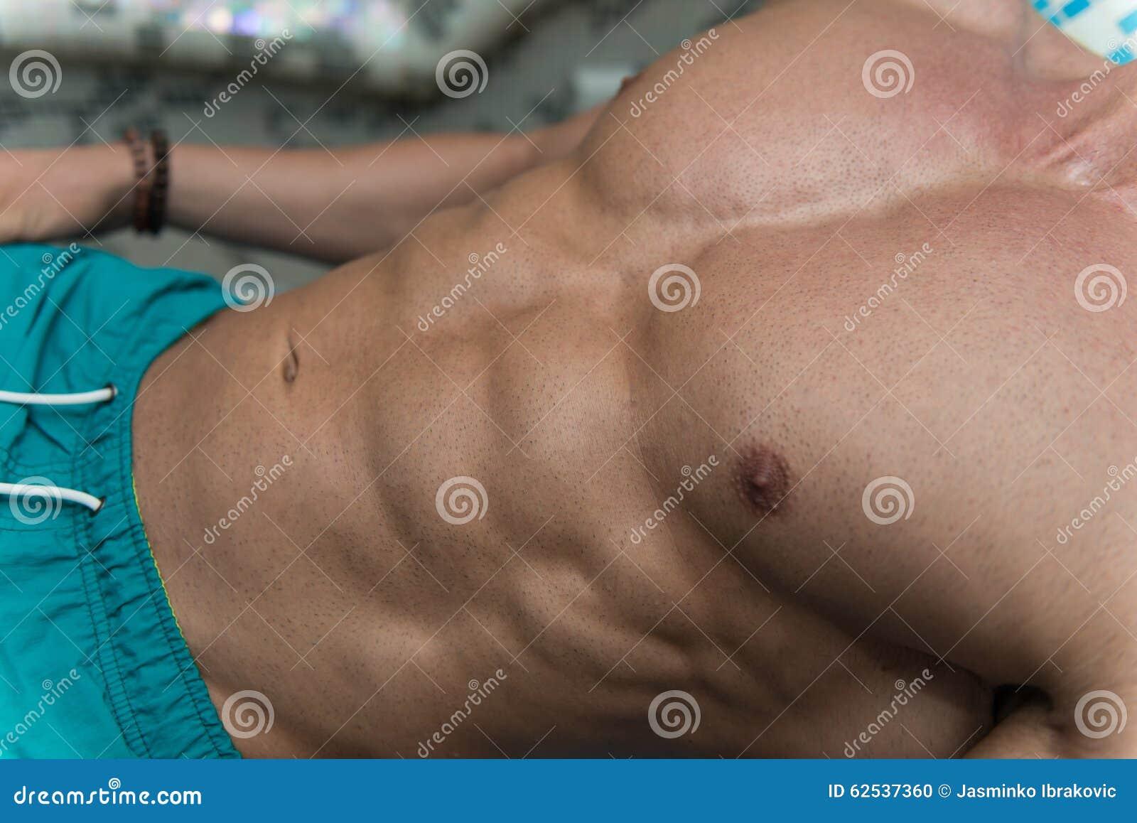 一个有吸引力的身体的特写镜头在蒸汽浴的