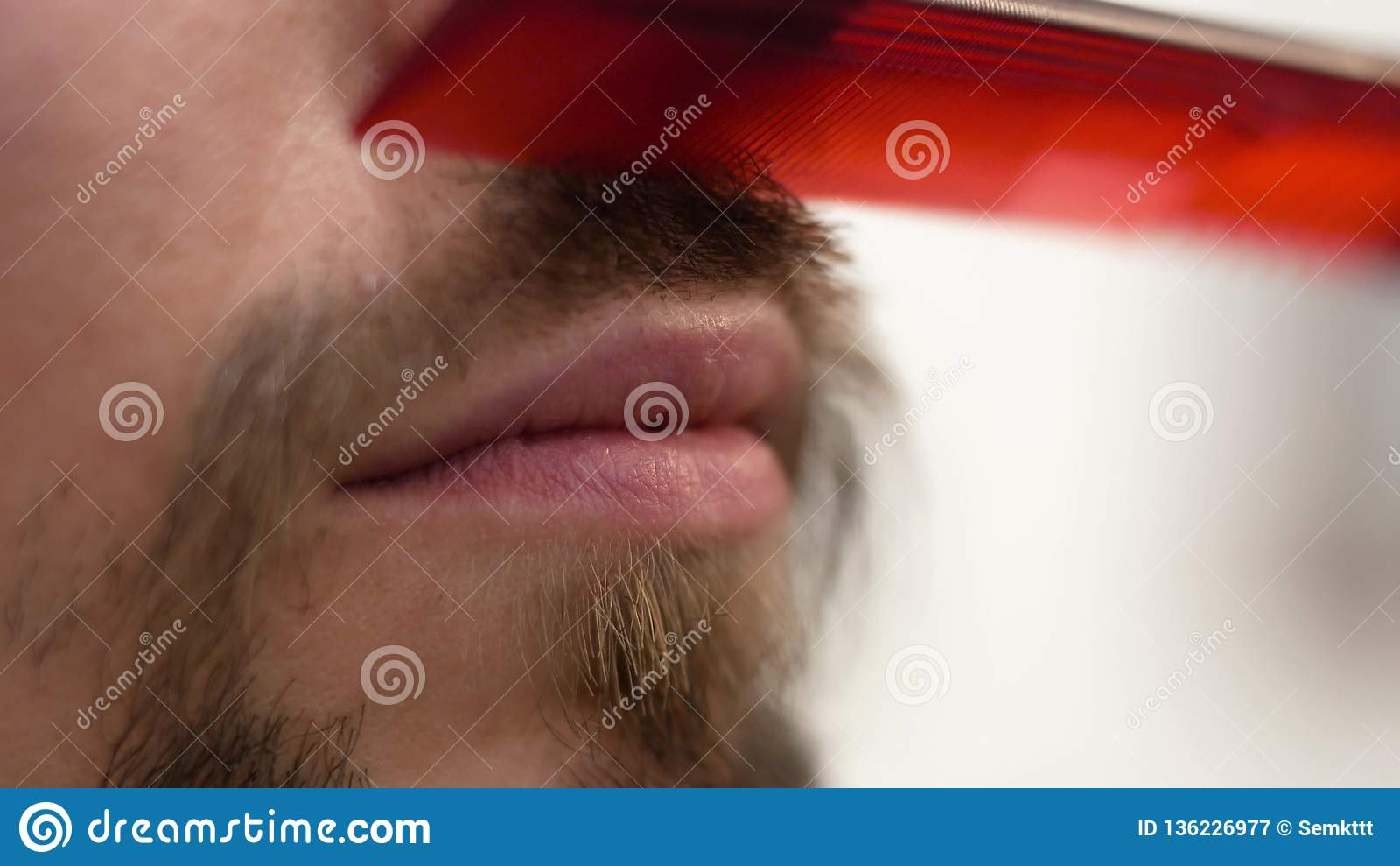 一个有胡子的行家梳有梳子的一根髭
