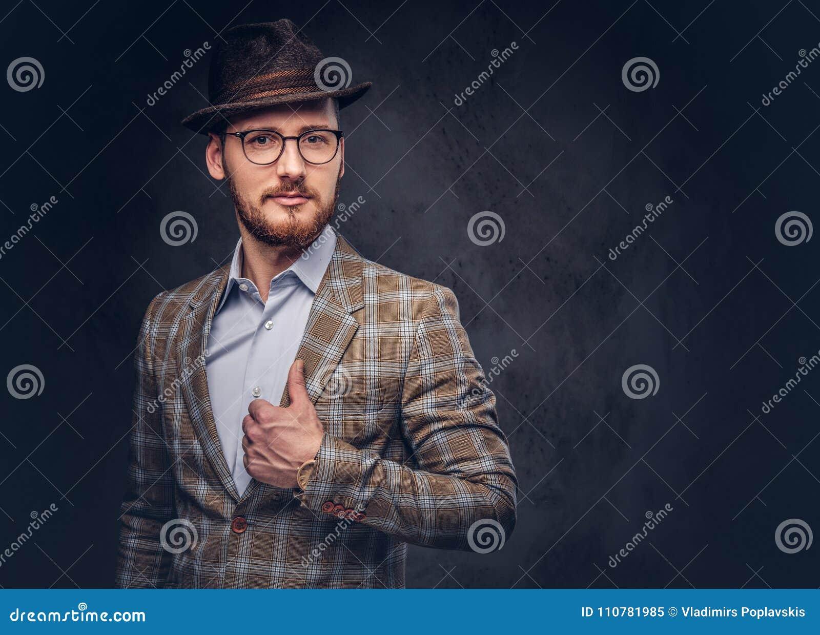 一个有胡子的行家的演播室画象帽子和玻璃佩带的