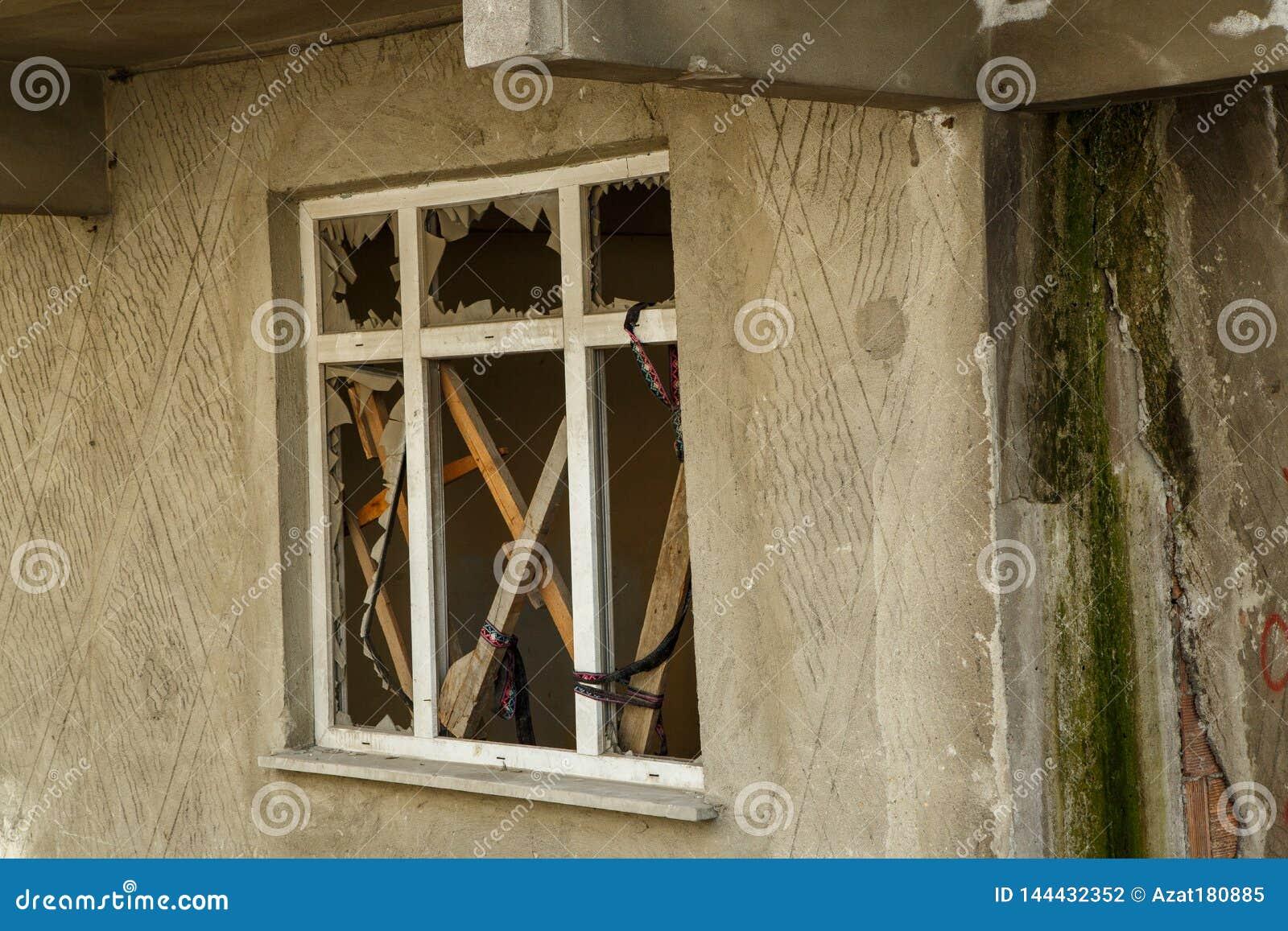 一个未完成的房子的残破的窗口