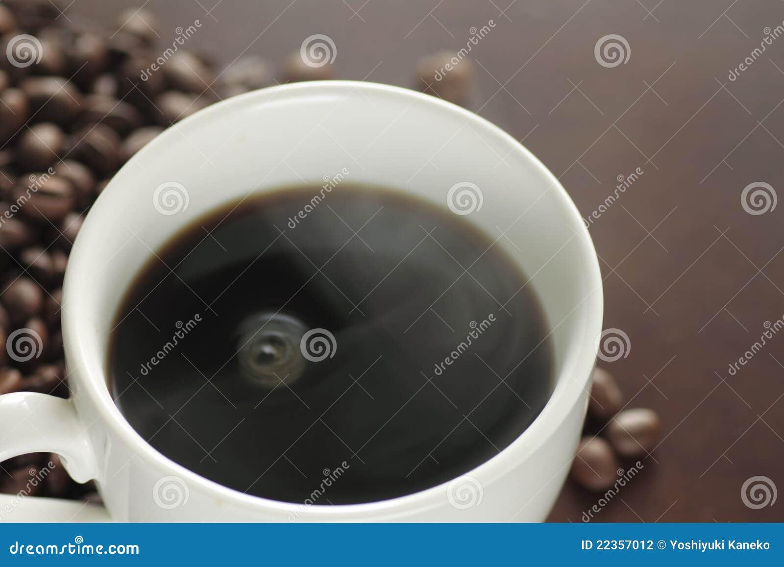 一个杯子在表的热咖啡