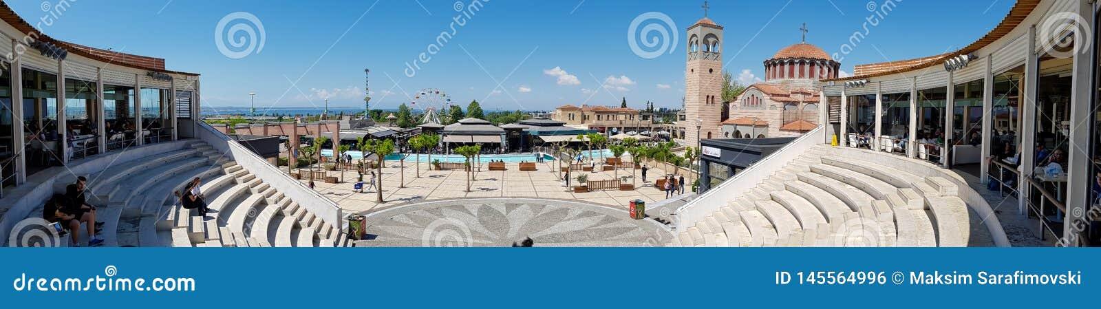 一个正方形和咖啡馆的全景与水池的在购物中心外面在塞萨罗尼基,希腊