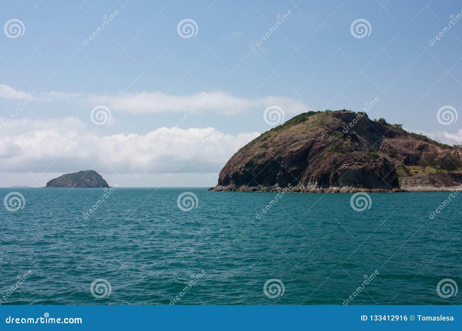 一个海岛在背景中和在罗斯格海湾的露出在Yeppoon附近在山羊座地区在昆士兰中部,澳大利亚